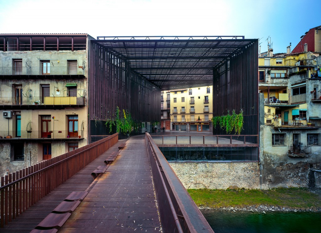 Teatro La Lira, a espacio abierto, en Girona, visto desde el lado opuesto del río Ter