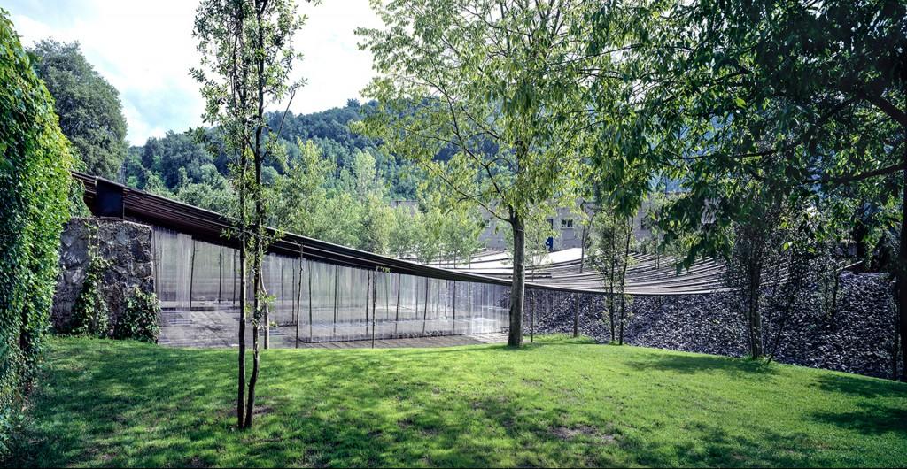 Los tubos del techo del restaurante, en curva debido al peso, están apoyados en muros de piedra