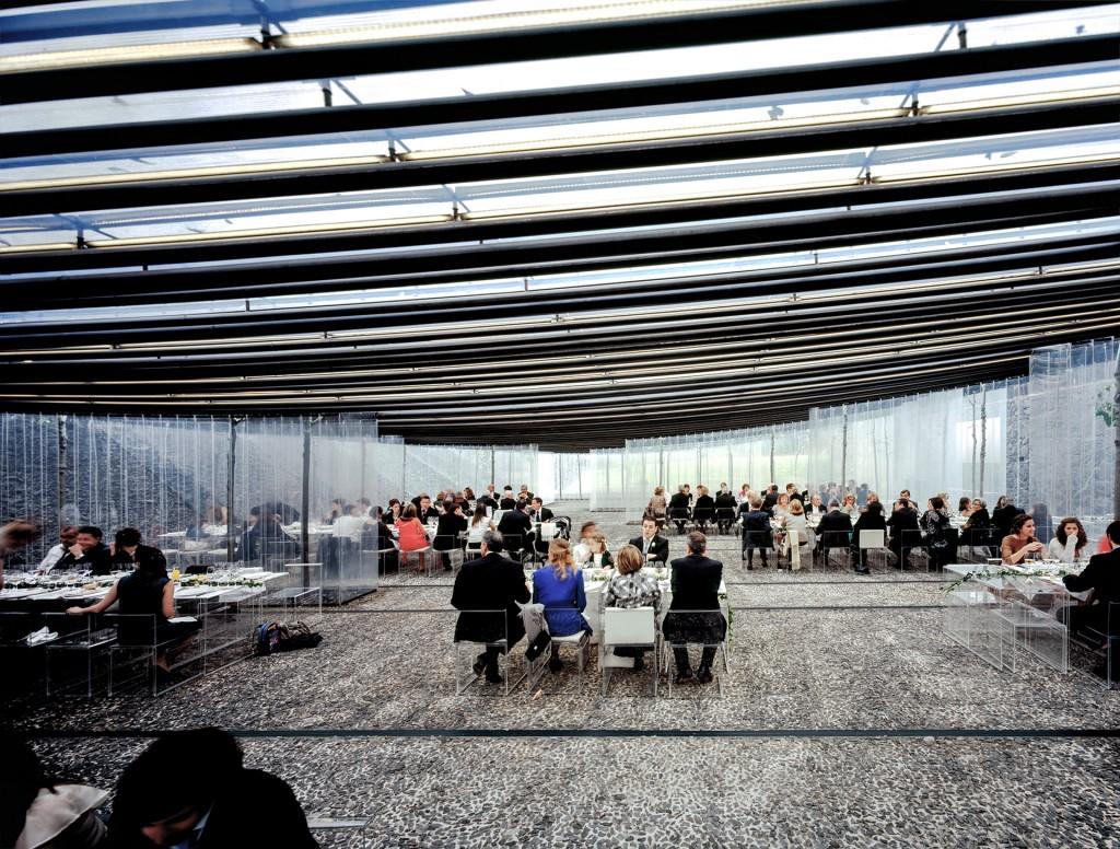 Restaurante Les Cols, en Girona. Uso de transparencias en mesas y sillas le dan más amplitud al espacio