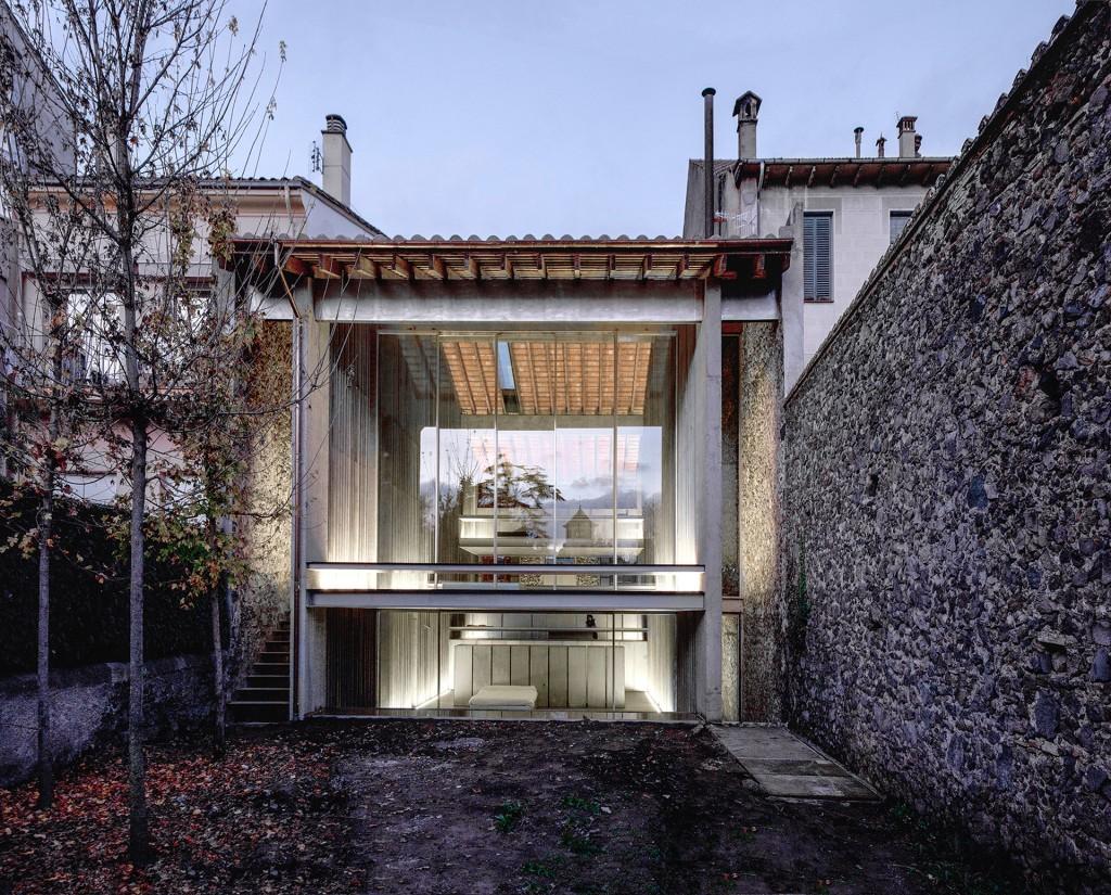 Row House, en Olot, Girona. En el pueblo natal de los arquitectos, una nueva casa fue insertada en el espacio entre dos paredes cuando una vieja construcción fue removida