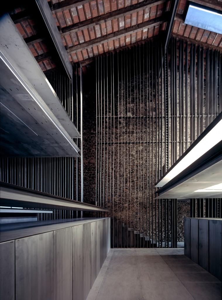 """La nueva casa tenía espacios con plataformas """"flotantes"""" para crear diferentes niveles y espacios, e incluso sirven como bancas. Se usó pieda para las paredes y acero para separar las áreas"""