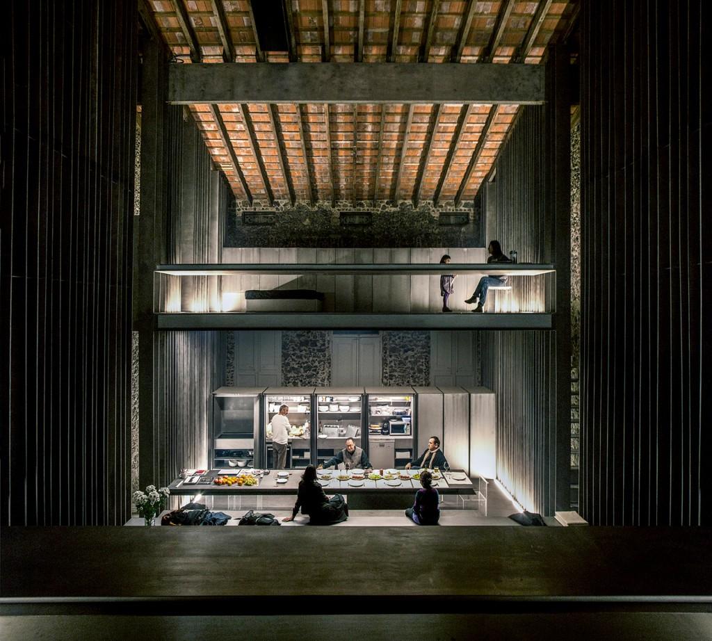 Vista desde la sala de estar hacia el comedor y la cocina, abajo, y una habitación, arriba
