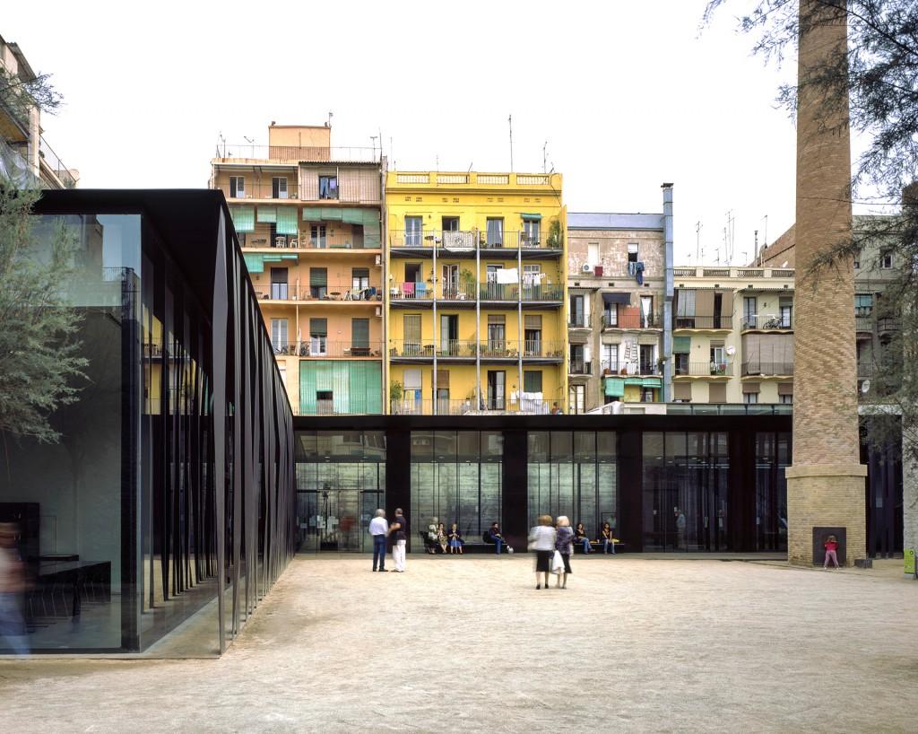 Biblioteca Sant Antoni – Joan Oliver, en Barcelona. Los arquitectos mostraron las oportunidades sociales y de espacio que ofrecía el lugar, y las autoridades aceptaron la instalación de una librería y un centro para adultos
