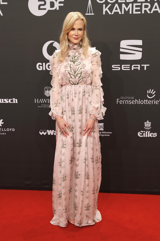 Nicole Kidman lució un vestido de gala muy femenino y de estilo romántico, con estampado floral y de color rosa pálido