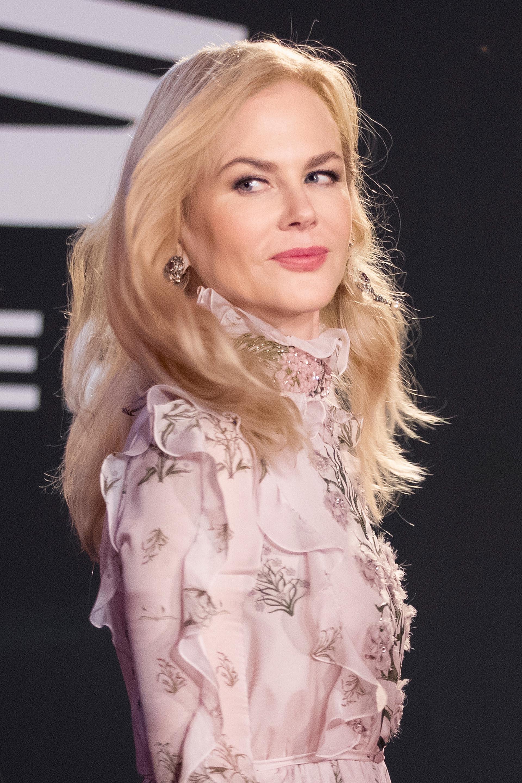 Un fabuloso collar con piedras de color rosa y delicados aretes acompañaron su refinado look