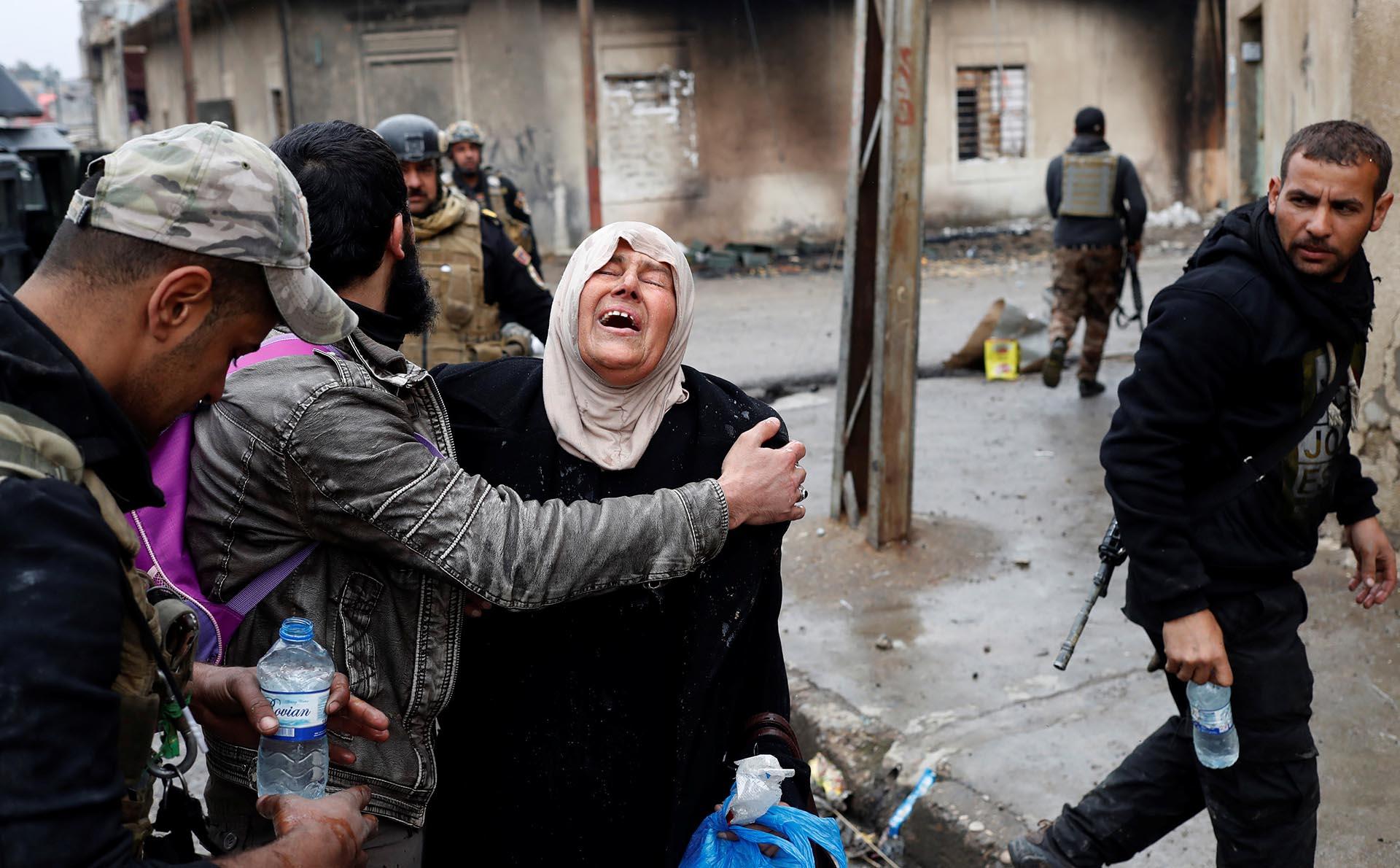 Una mujer rompe en llanto al llegar a una zona controlada por el Ejército de Irak