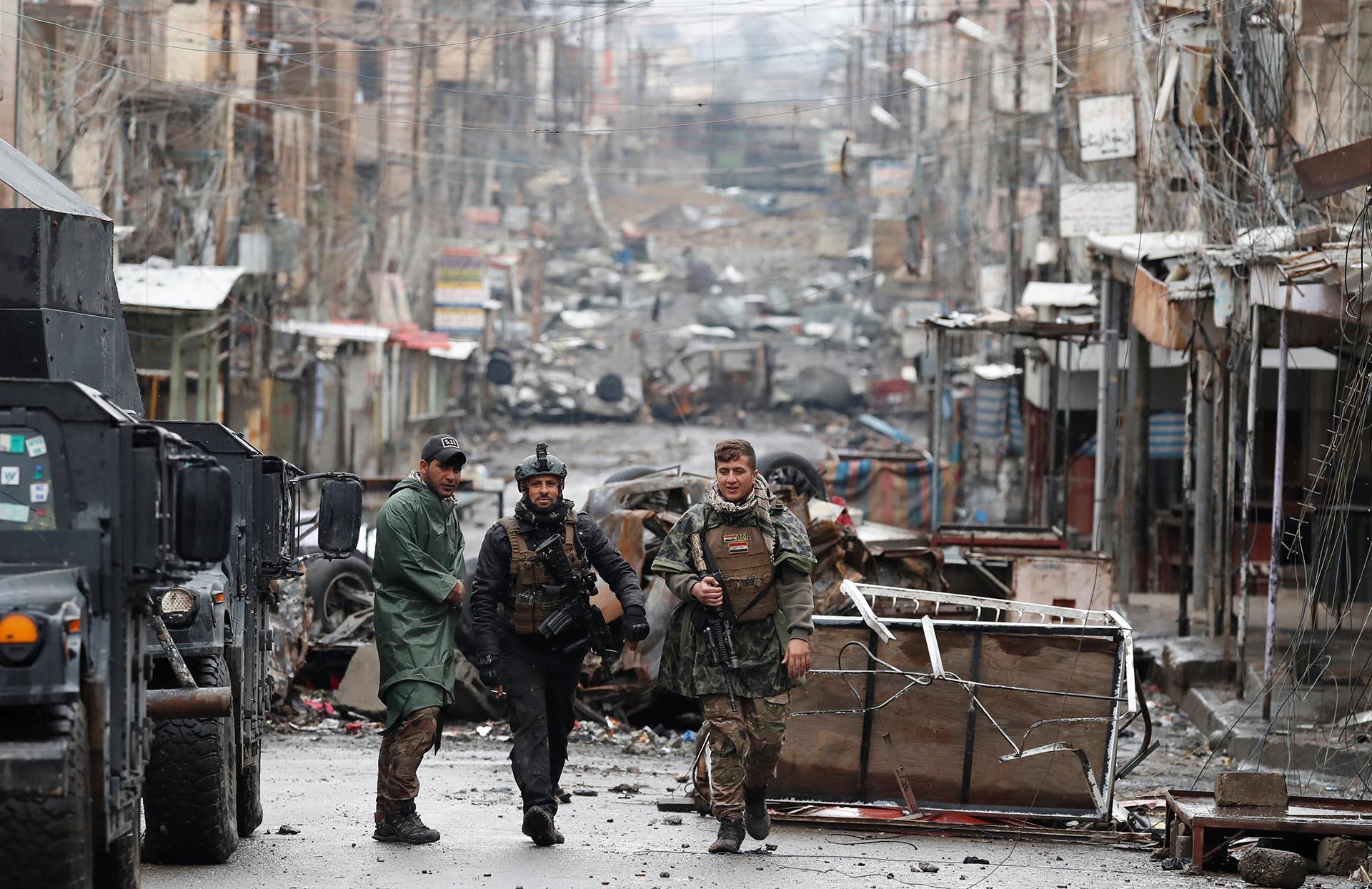 Soldados iraquíes caminan por las destruidas calles de Mosul
