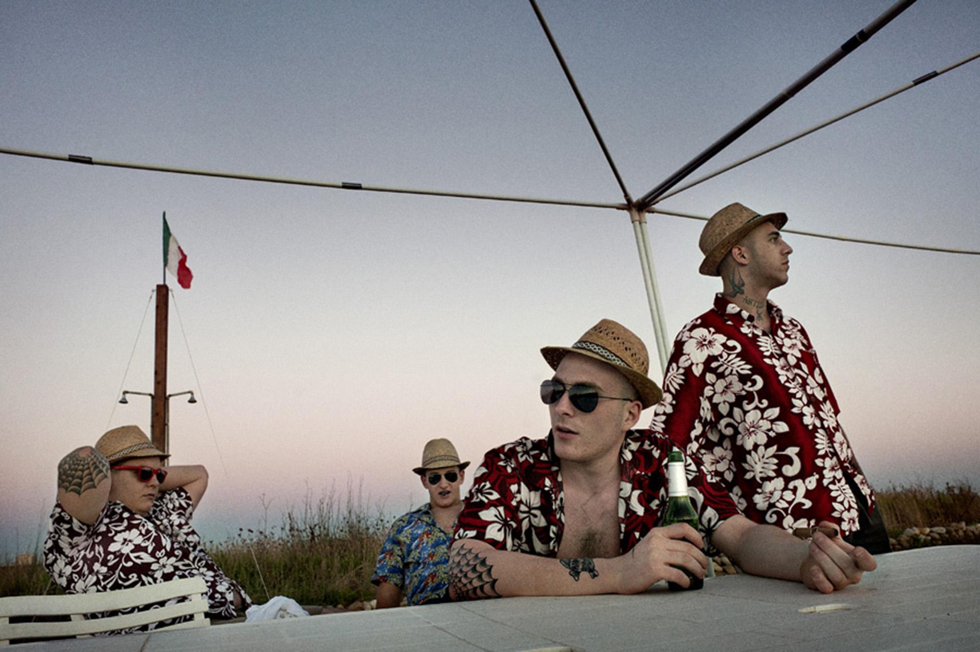 Jóvenes del grupo Skin 4 skins en una fiesta hawaiana que realizan cada año al comienzo del verano en las cercanías de Roma