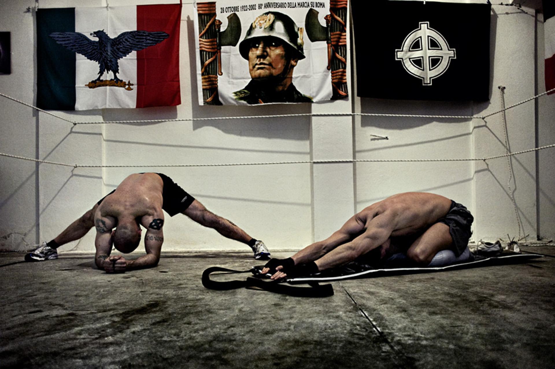 Un gimnasio casero para el entranamiento de boxeo en un cuartel neonazi de Roma