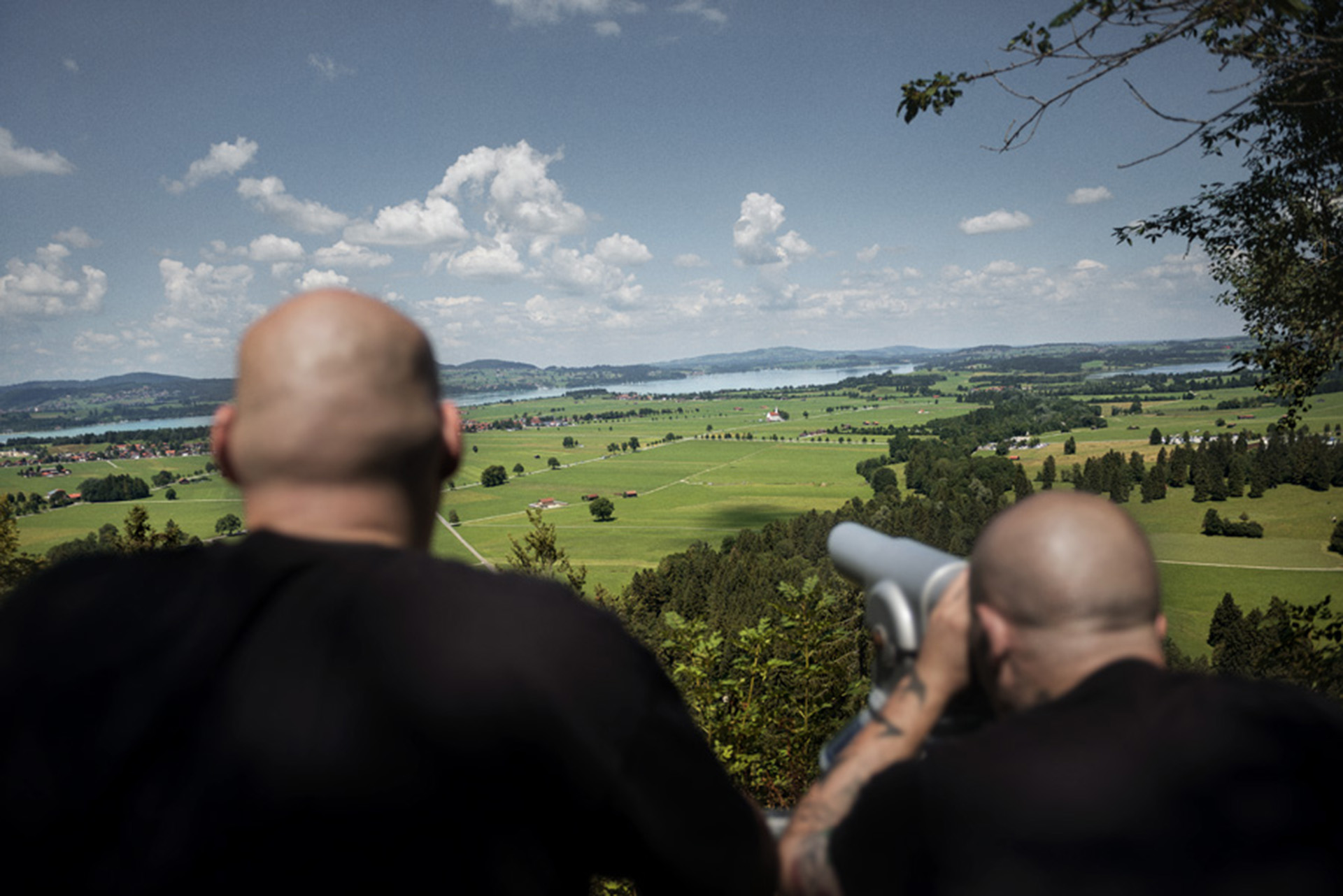 Dos skinheads admiran el paisaje en Baviera, Alemania
