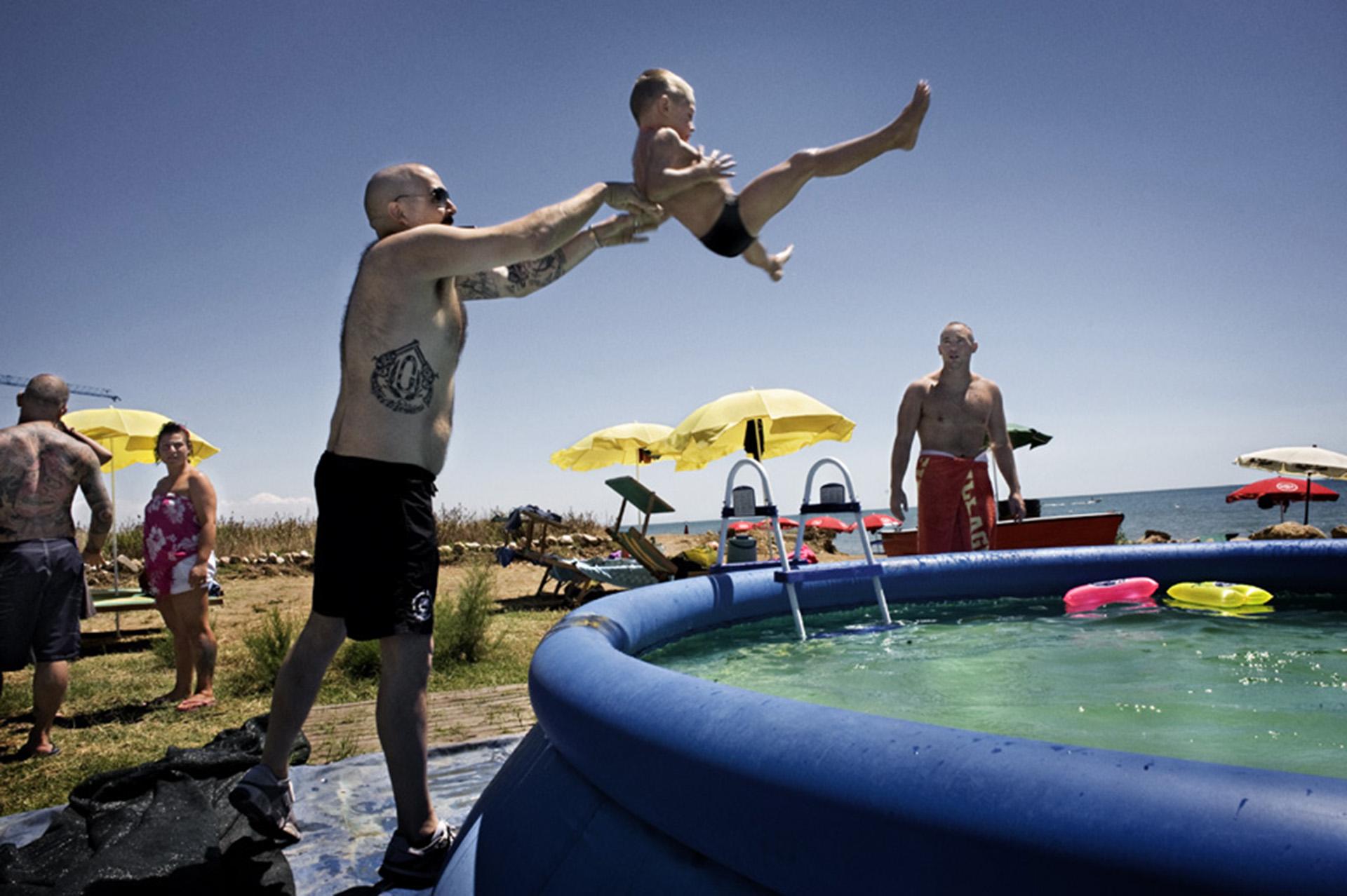 """Jamie,""""El cisne"""", un británico de 31 años, lanza a su hijo a una piscina inflable en un encuentro de skinheads europeos en Italia"""