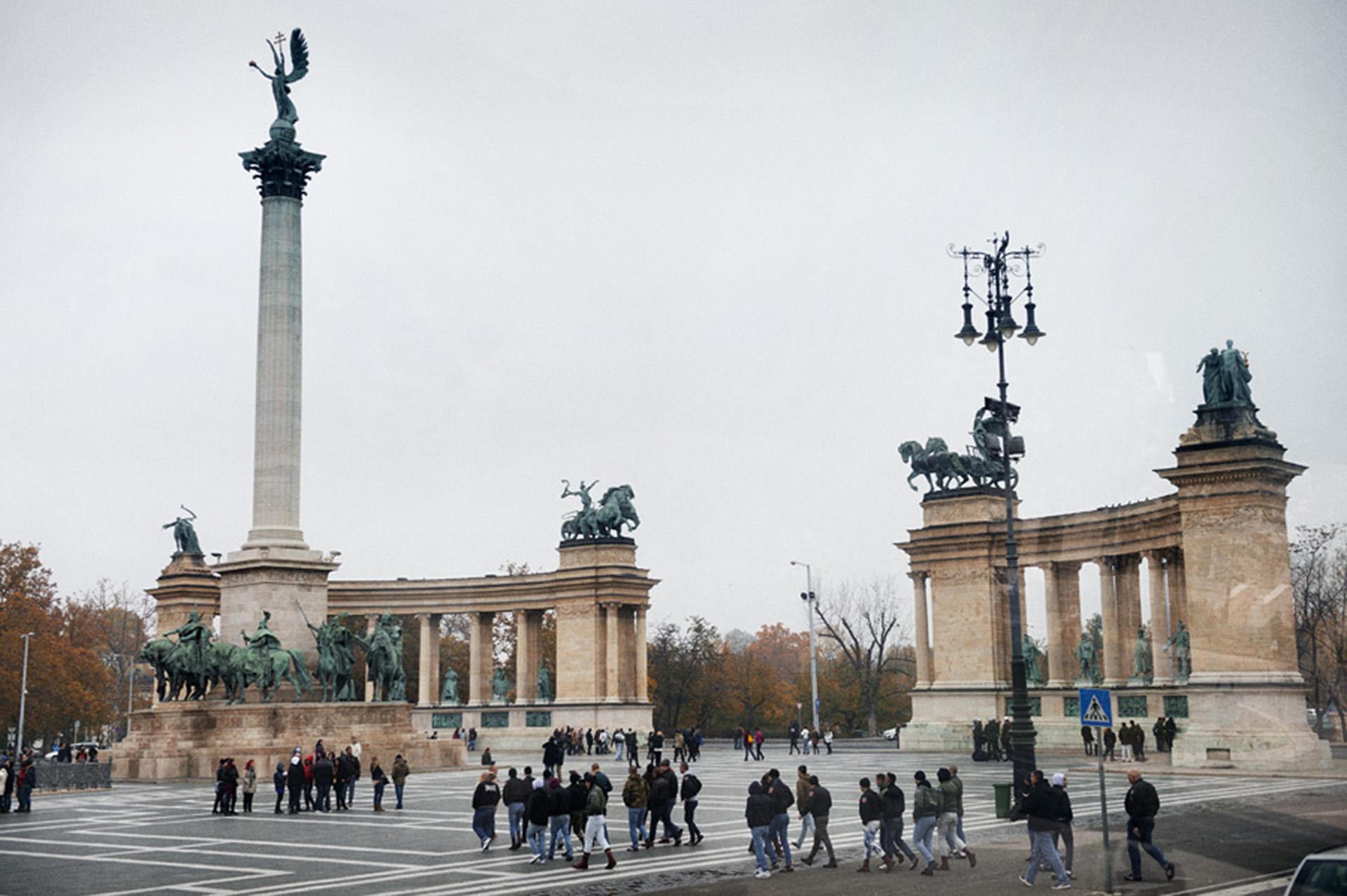 Grupos neonazis de Budapest, Hungría, camino a un encuentro en la Plaza de los Héroes