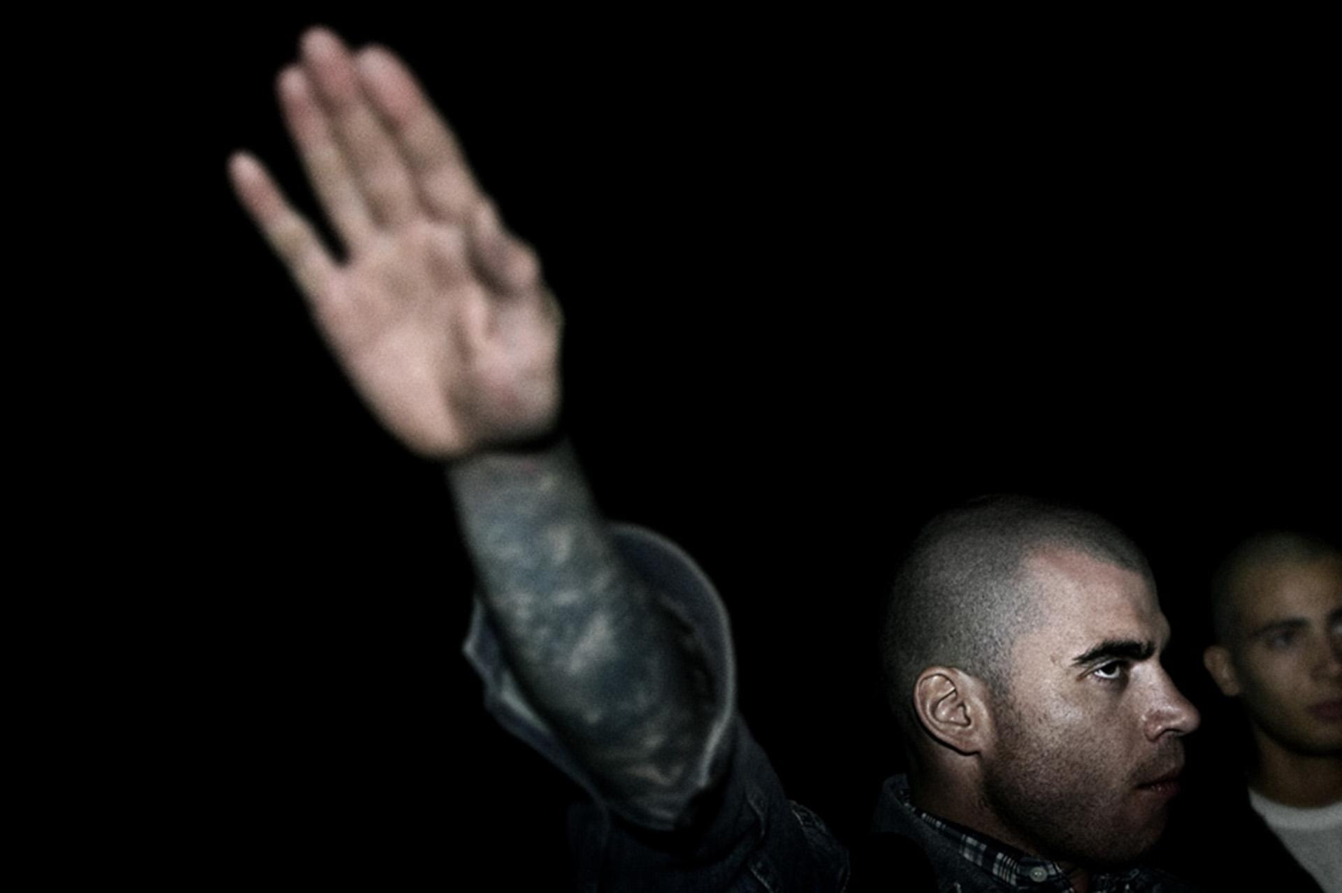 Un skinhead español realiza el saludo nazi durante un encuentro de militantes de extrema derecha en Perugia, Italia (Fotos: Paolo Marchetti)