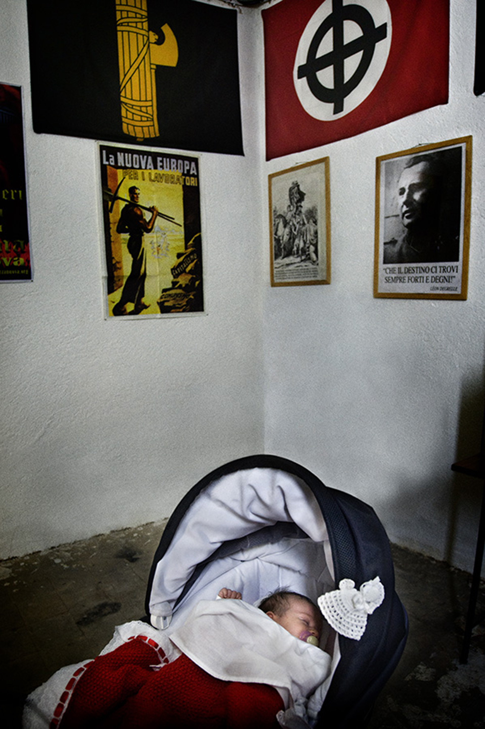 Un bebé de seis meses duerme en un cuarto decorado con propaganda nazi