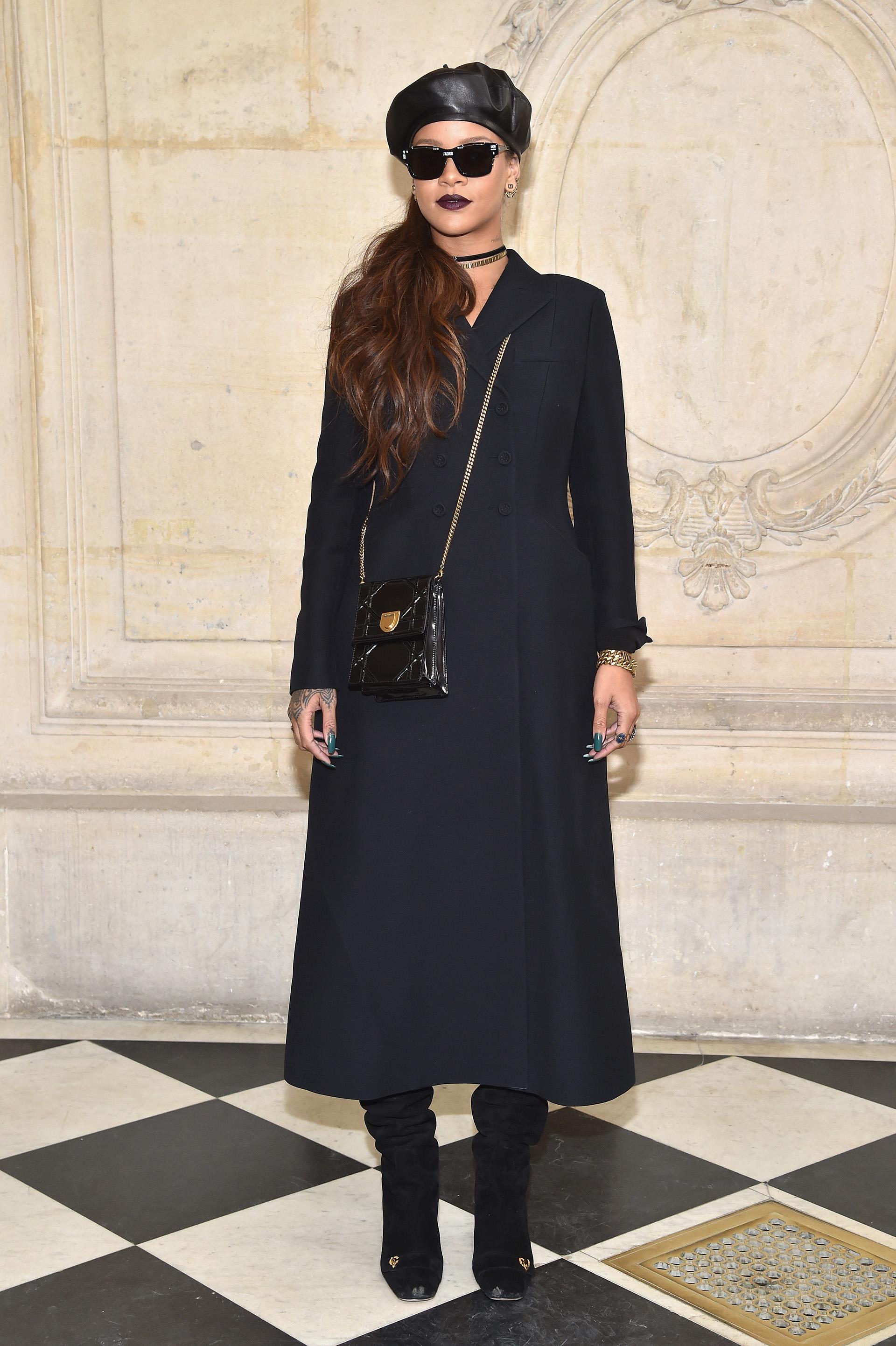 Rihanna llegó al Museo Rodin con un look 'total black' y grandes anteojos oscuros