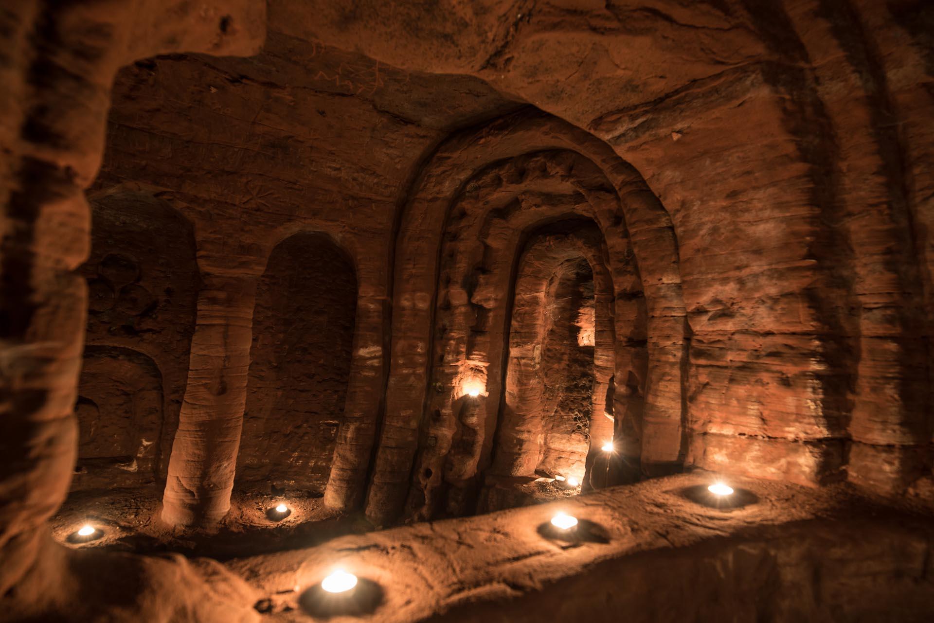 En sus paredes aparecen inscripciones talladas en la piedra desde hace siglos (Michael Scott/Caters News/The Grosby Group)