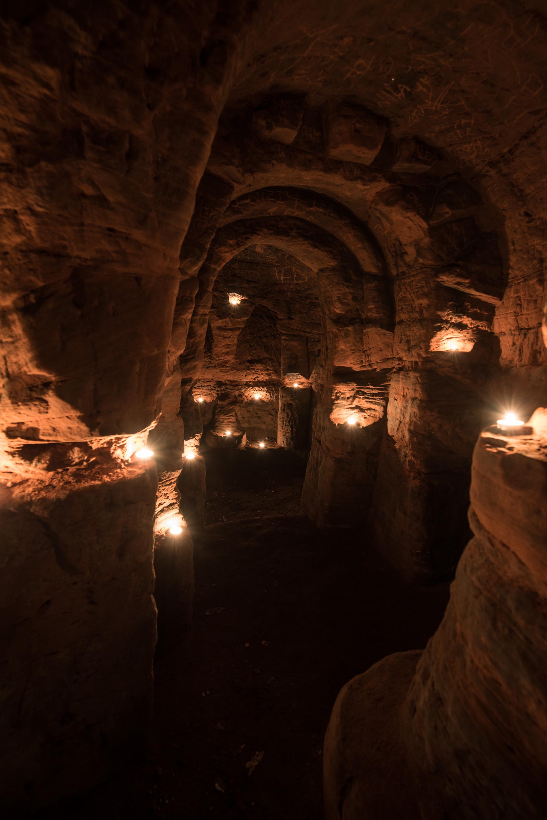 Los pasillos de la caverna templaria están llenos de velas que hacen más lúgubre el aspecto del lugar de culto (Michael Scott/Caters News/The Grosby Group)