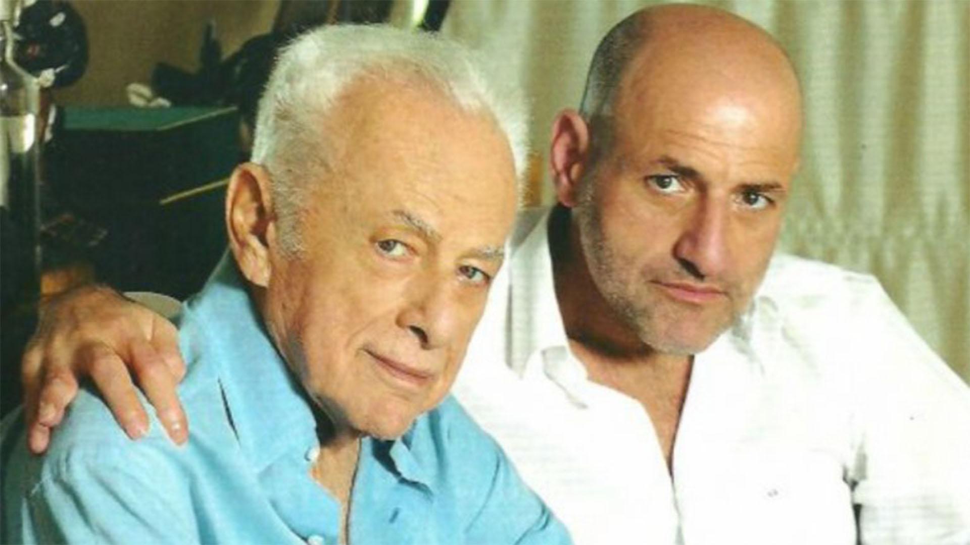 """Junto a su hijo Gustavo, quien heredó su pasión por el espectáculo y mantiene su legado con la producción de uno de sus ciclos emblemáticos como """"Polémica en el bar"""""""