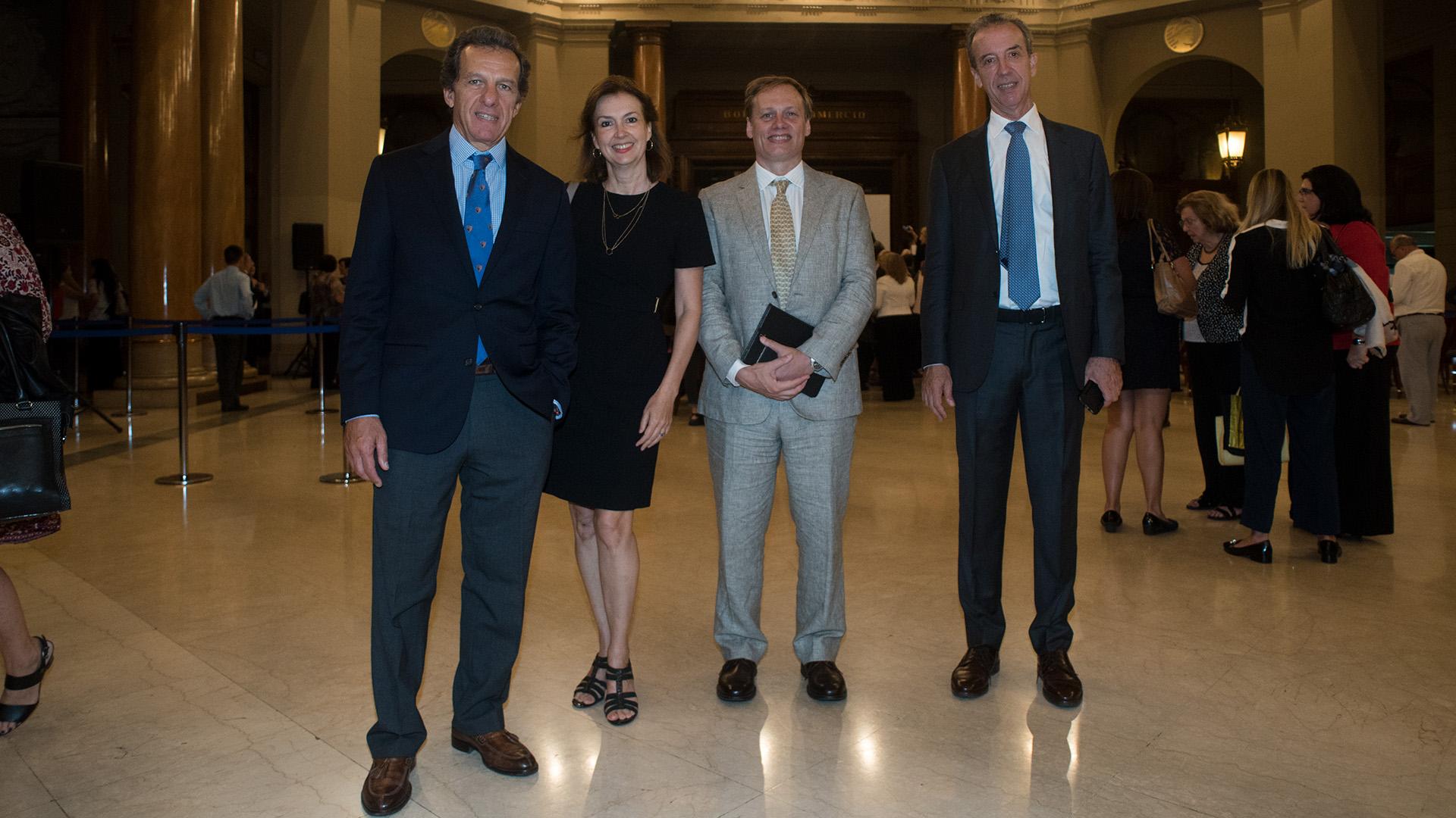 Diana Mondino de UCEMA y Fundación de Alimentos, junto al presidente del Grupo Supervielle, Patricio Supervielle y otros empresarios.