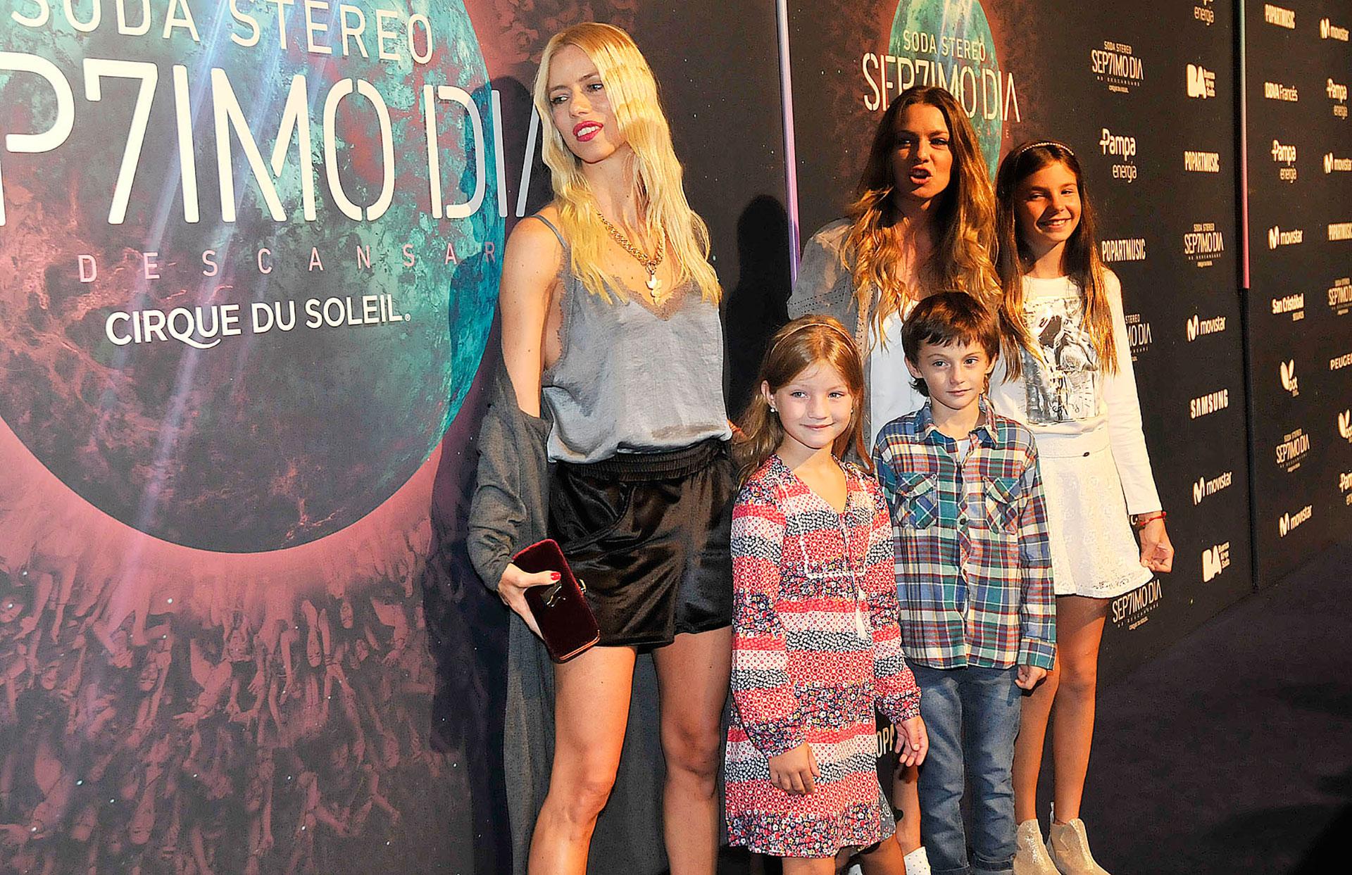 Nicole y Geraldine Neumann con sus hijos