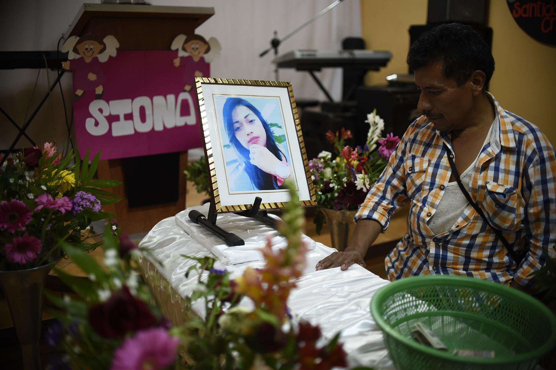 Un familiar llora ante el cuerpo de una joven en Guatemala (AFP)