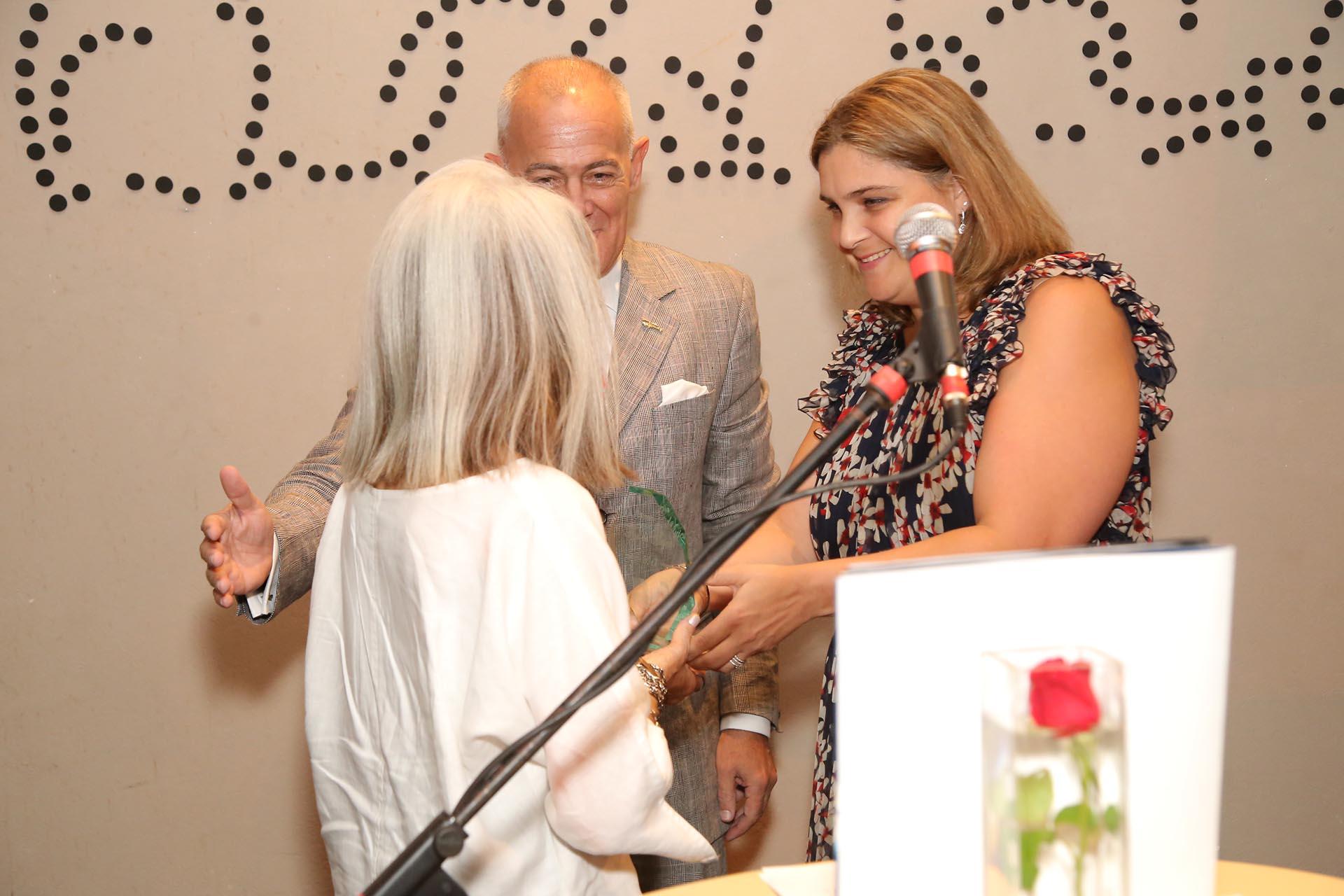 María Kodama recibió su premio de manos de Marcela Noble Herrera