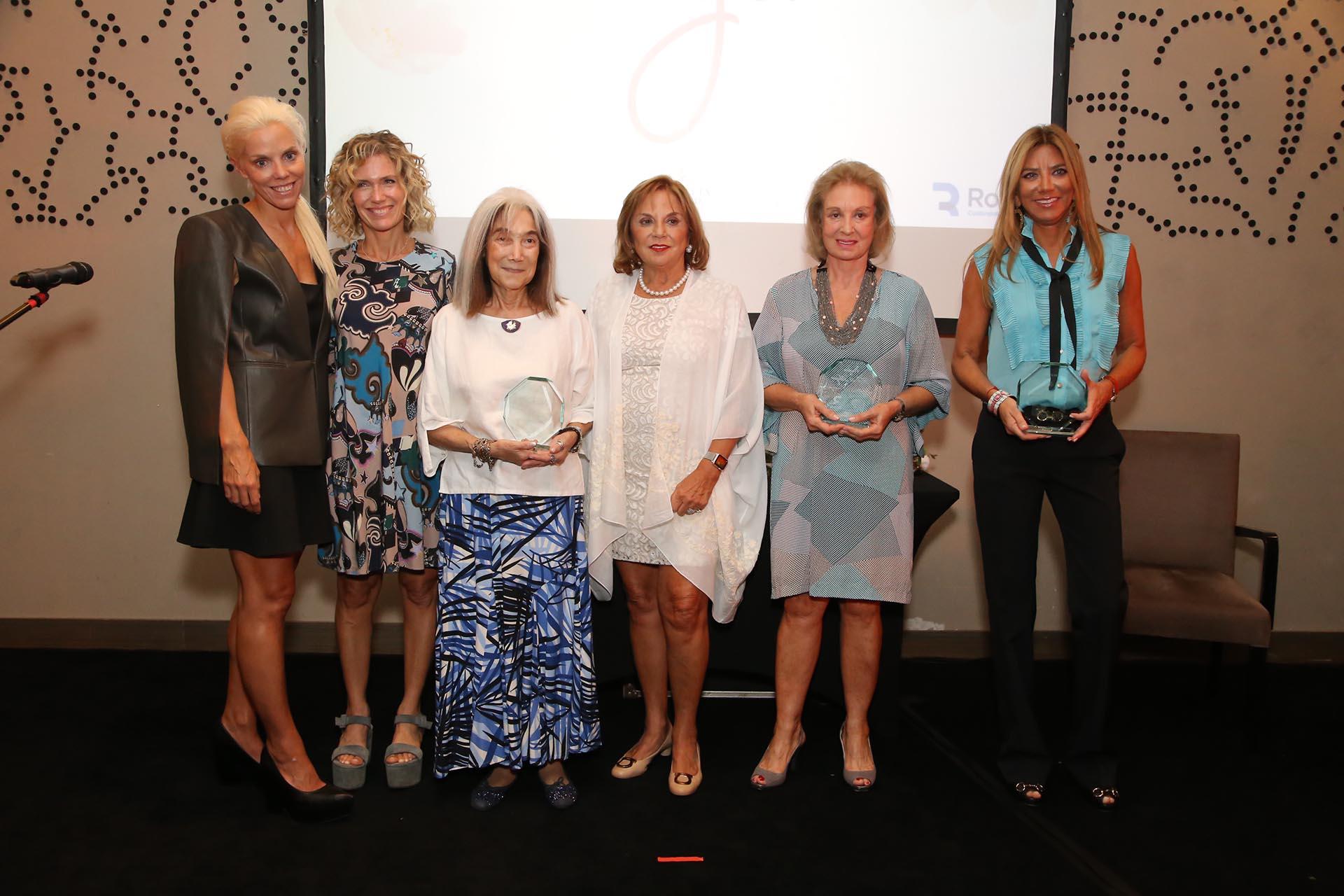 Los premios fueron entregados por Eugenia y Agustina Rossi, presidente y directora de la FundaciónDr Enrique Rossi, respectivamente. En la foto, posan junto a cuatro de las cinco mujeres galardonadas: (de der a izq) Bettina Bulgheroni, Miriam Bago, María Kodama y Maru Botana