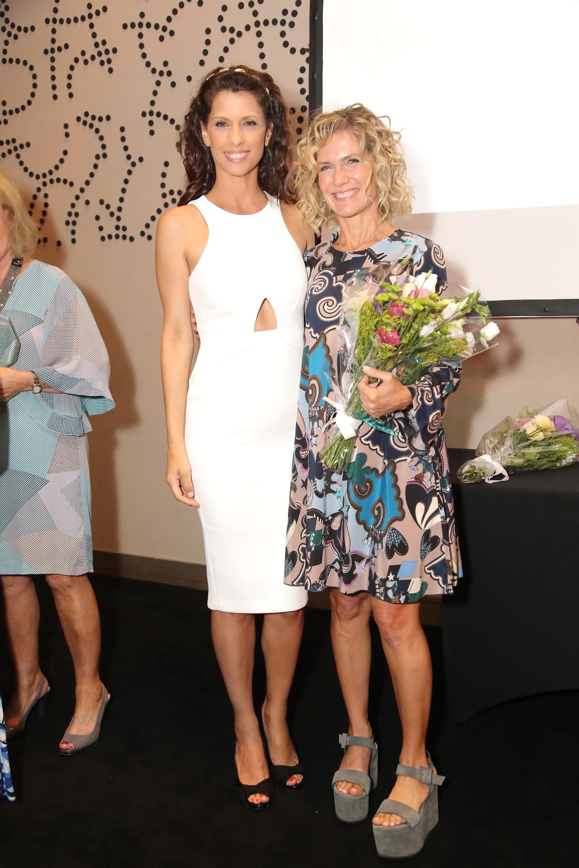 Analía Maiorana, quien fue distinguida con el premio Flor de Mujer 2016, posa junto a Maru Botana, una de las ganadoras de la edición 2017