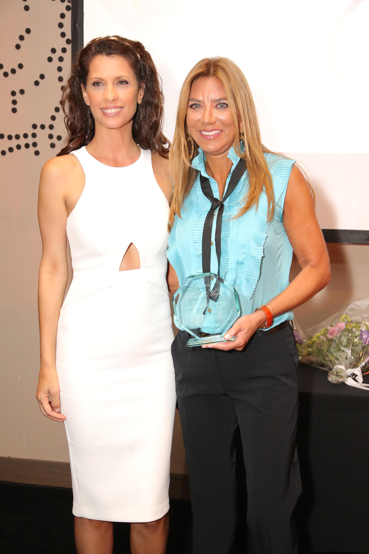 Analía Maiorana (premio Flor de Mujer 2016) le entregó la distinción a Bettina Bulgheroni