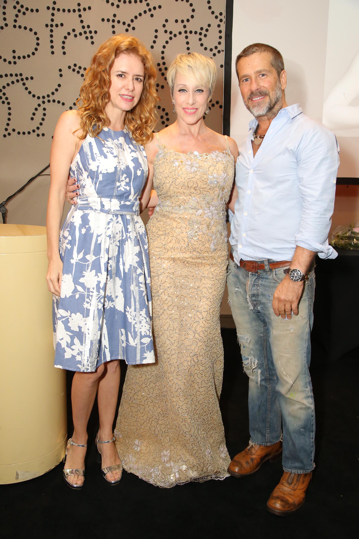 """Los artistas plásticos Karina El Azem y Bony Bullrich, junto a Sandra Guida (centro), quien interpretó la canción """"Dar es Dar"""""""