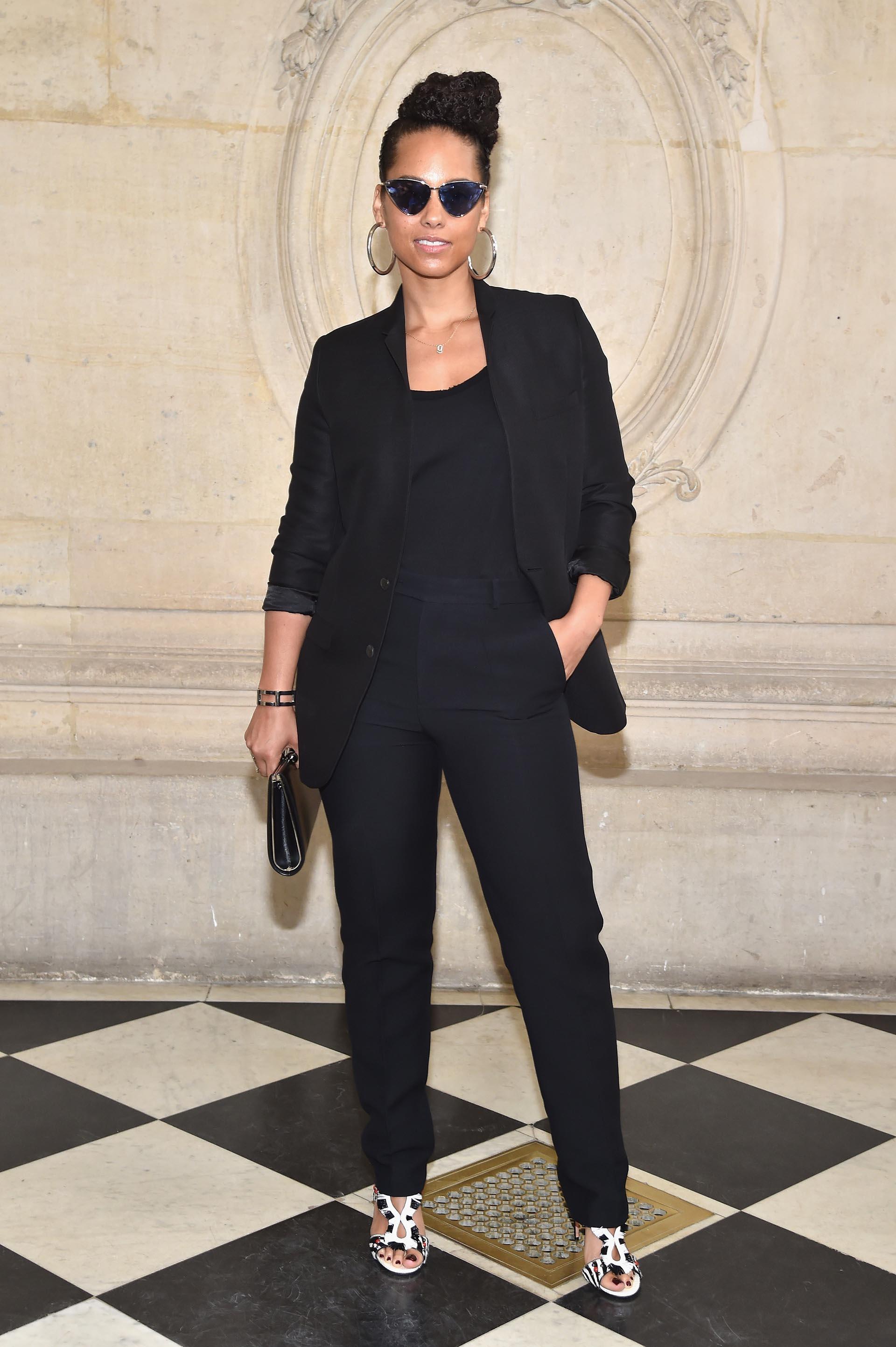 Alicia Keys vistió un clásico traje de blazer y pantalón de color negro