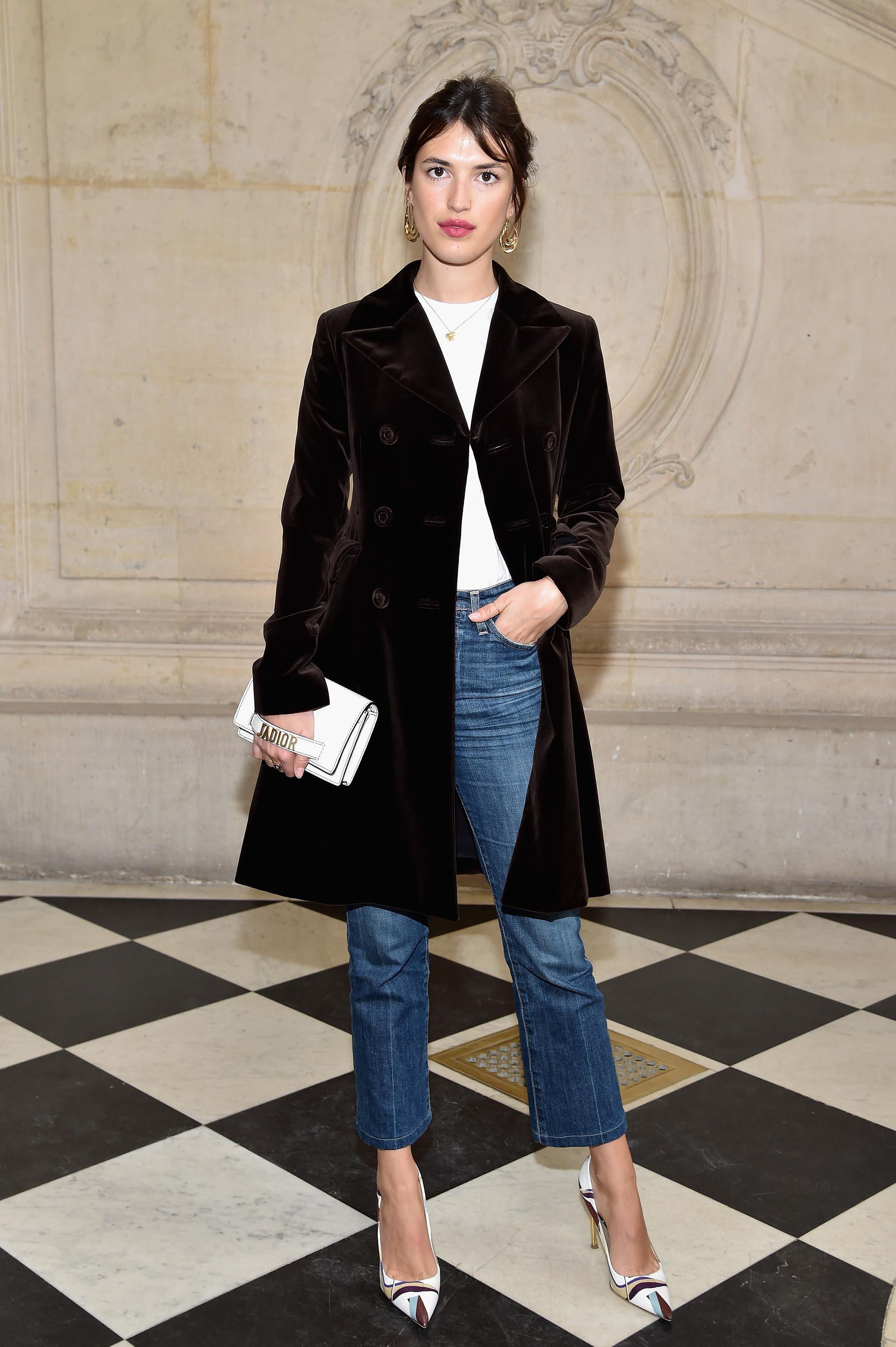 Jeans, tapado corto y stilettos para Jeanne Damas