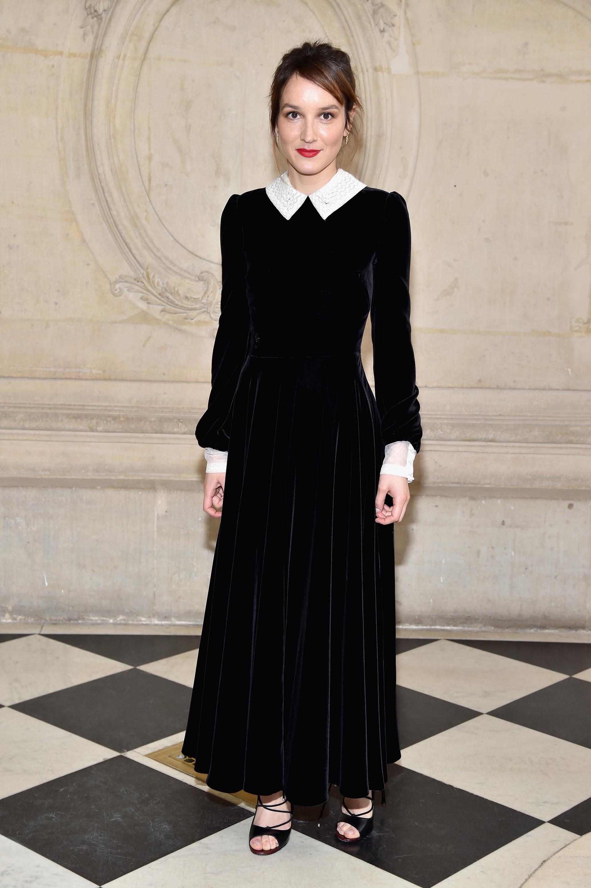 Exquisito terciopelo negro combinado con cuello y puños blancos para Anais Demoustier