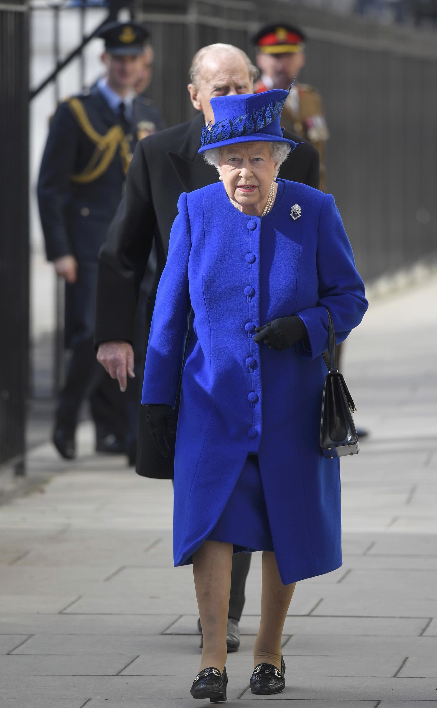 La monarca lució un conjunto azul y sombrero al tono decorado con plumas