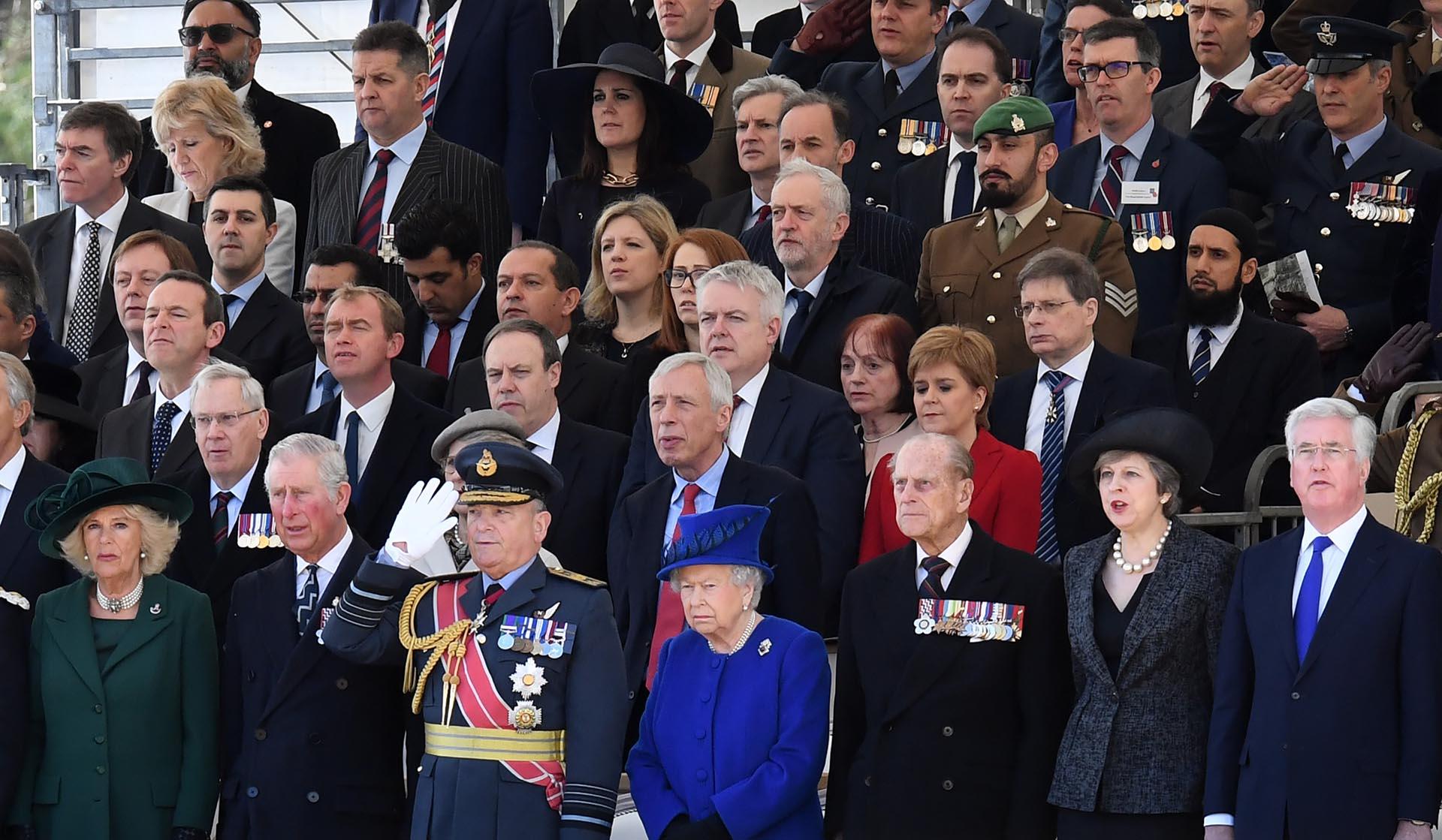 Camilla de Cornualles y su marido, el príncipe Carlos; Jeremy Corbyn, la reina Isabel II y su marido, Felipe duque de Edimburgo; Teresa May y Michael Fallon
