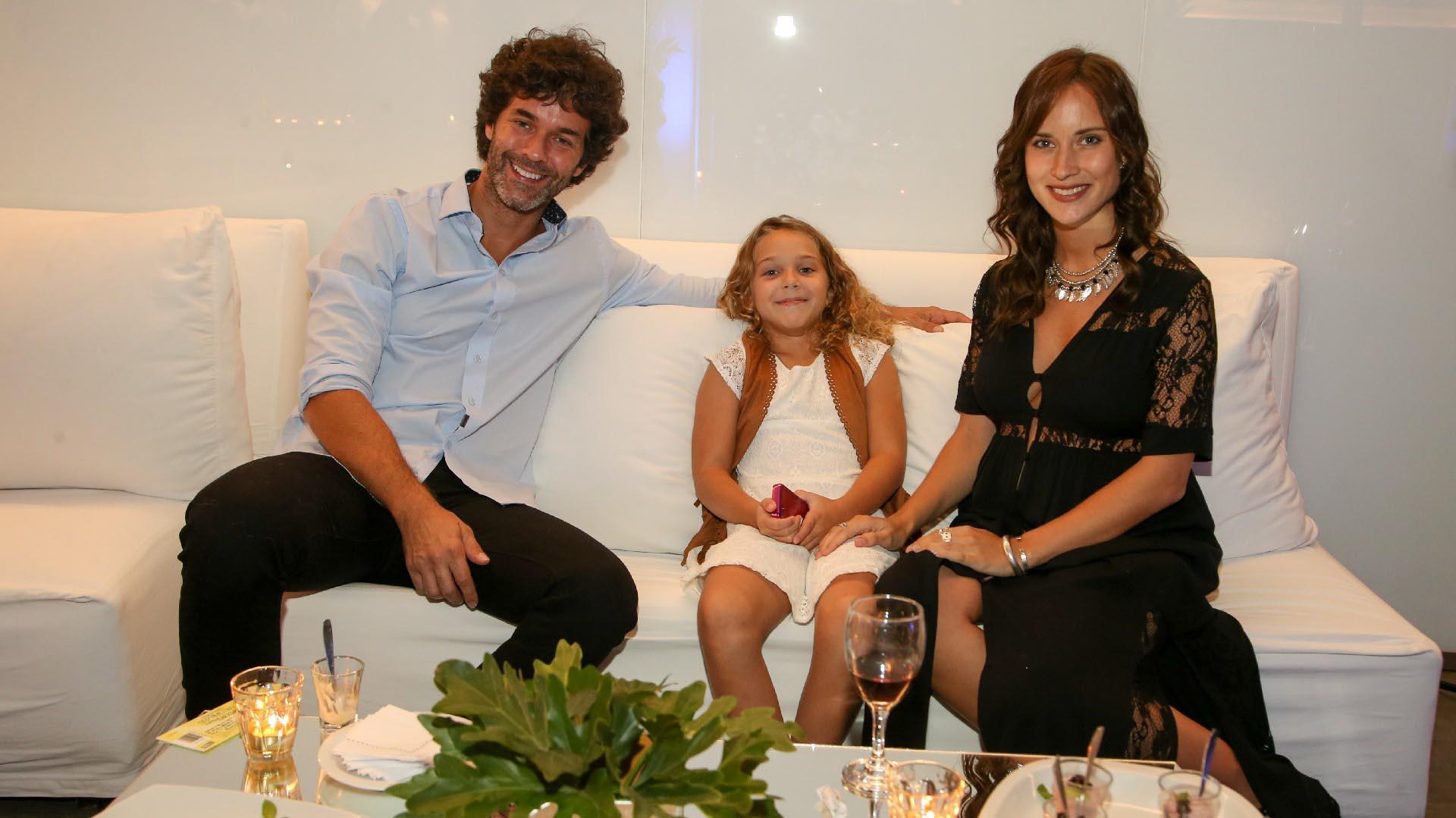 Mariano Martínez y su hija Olivia junto a su pareja Camila Cavallo