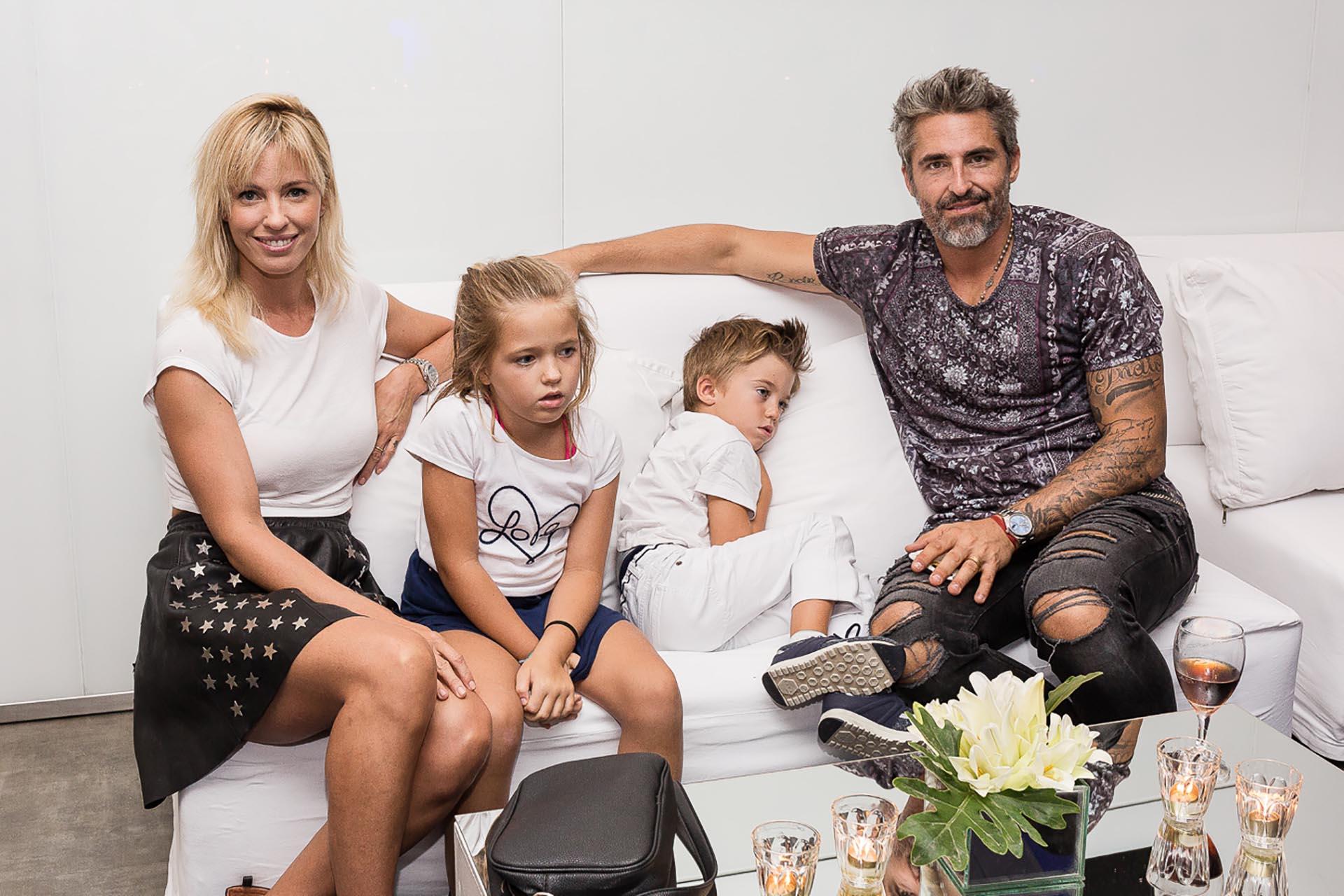 Rocío Guirao Díaz y Nicolás Paladini junto a sus hijos Indio y Aitana