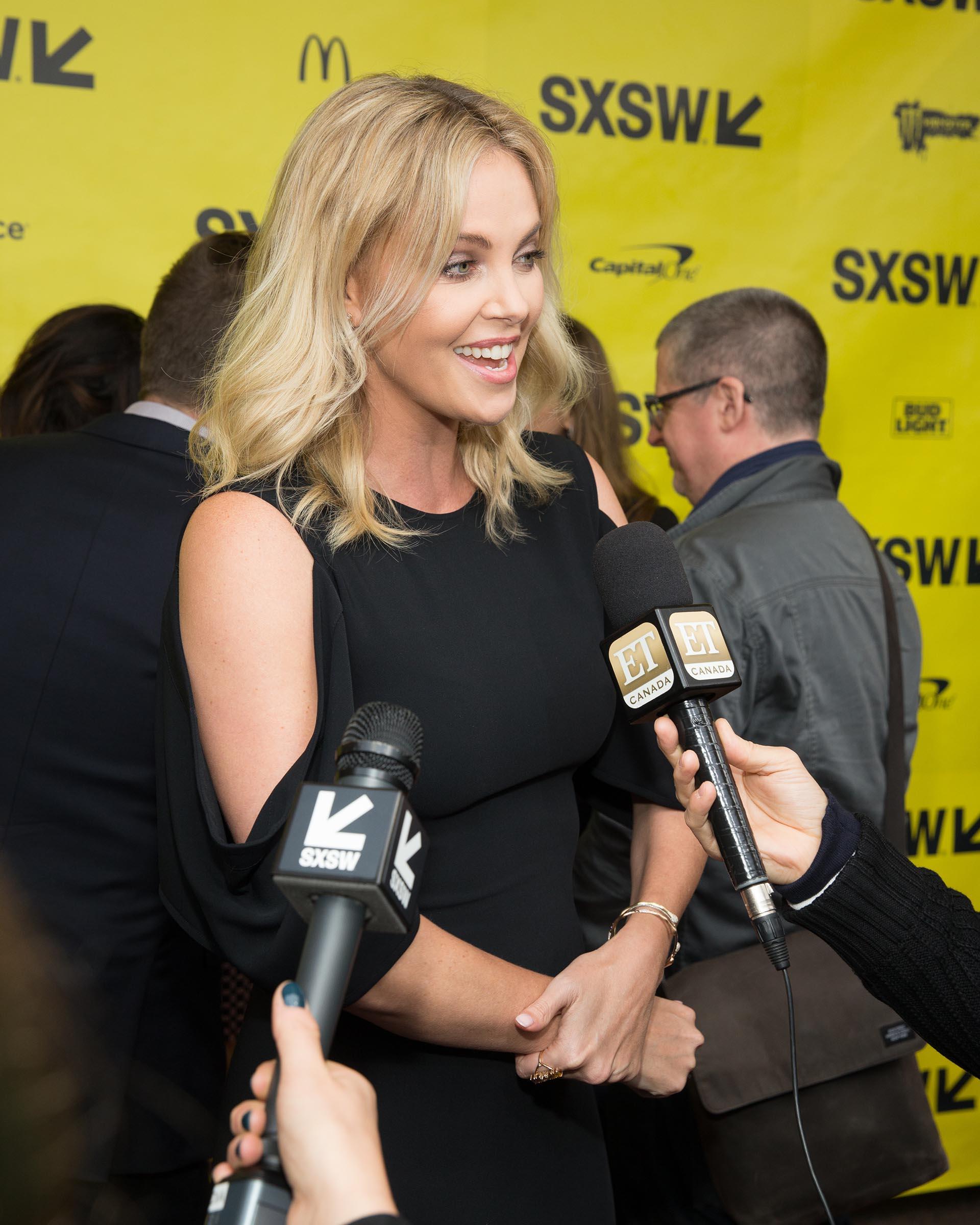 Charlize Theron durante la conferencia de prensa que se llevó a cabo en Austin, Texas. Nacida en Benoni, Sudáfrica, en 2007 obtuvo también la ciudadanía estadounidense