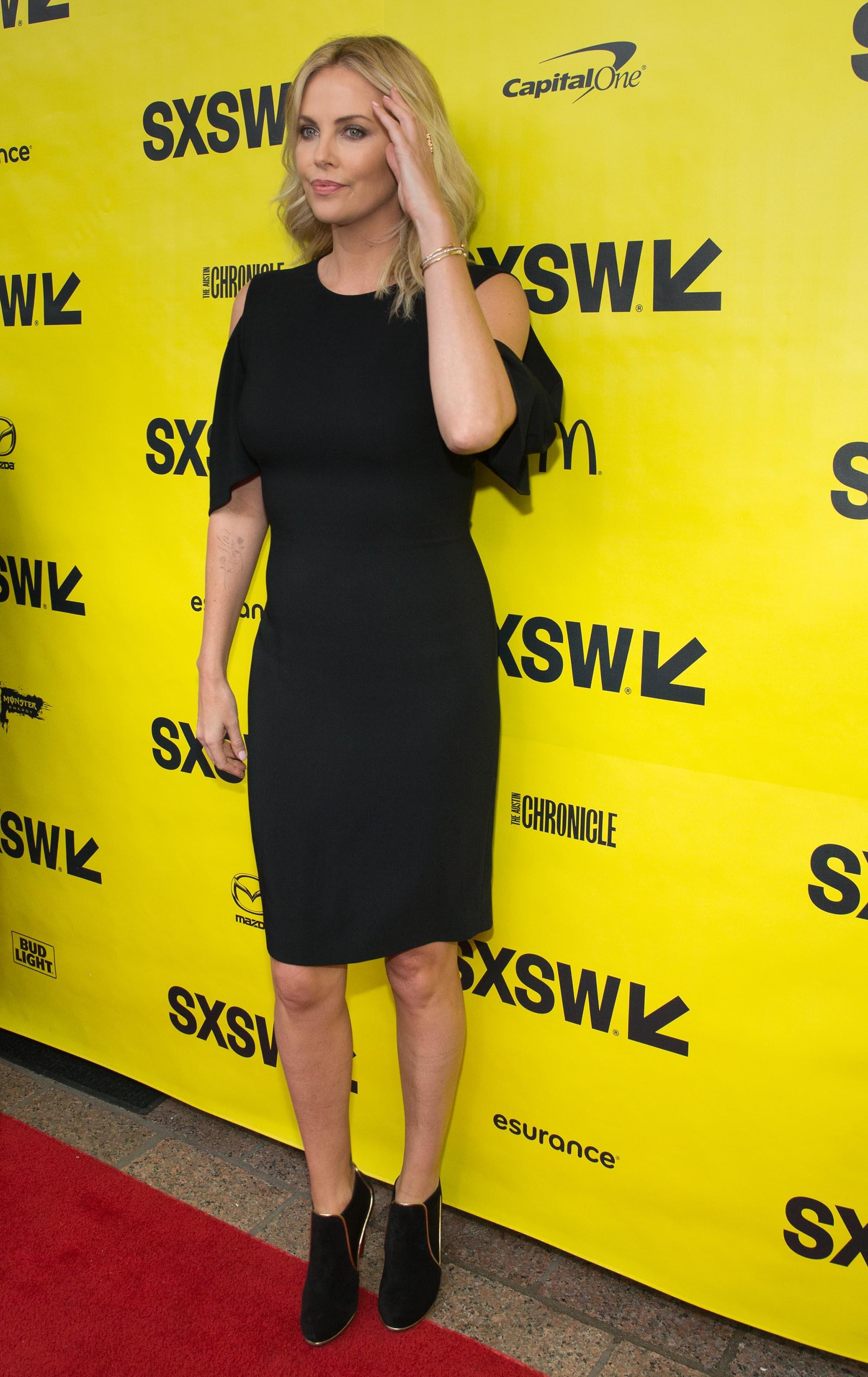 Fiel a su estilo sencillo y sin estridencias, la intérprete lució un vestido negro con aberturas en los hombros y botinetas combinadas con dorado