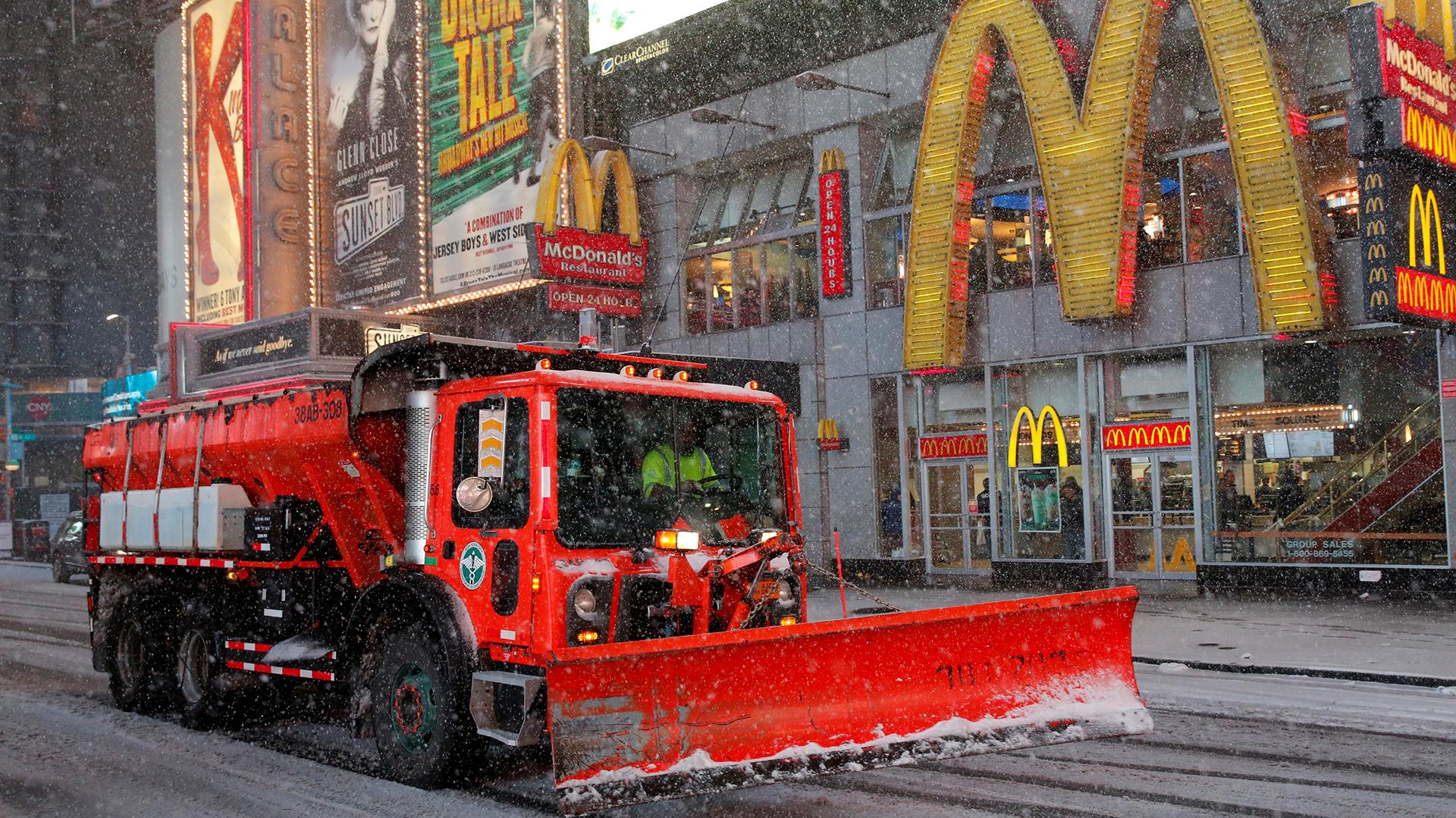 Los trabajos para limpiar la nieve se realizaban a toda prisa para evitar acumulaciones