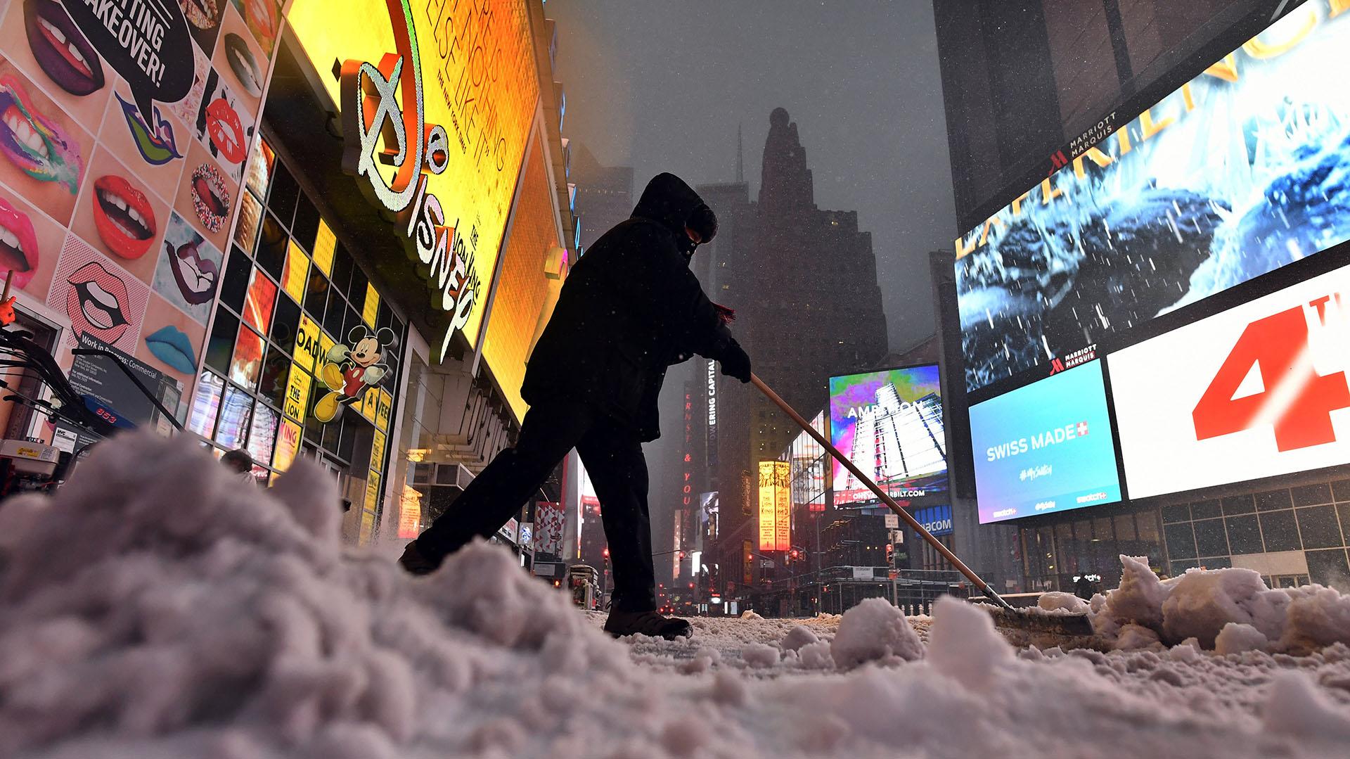 El emblemático Times Square quedó completamente cubierto de nieve