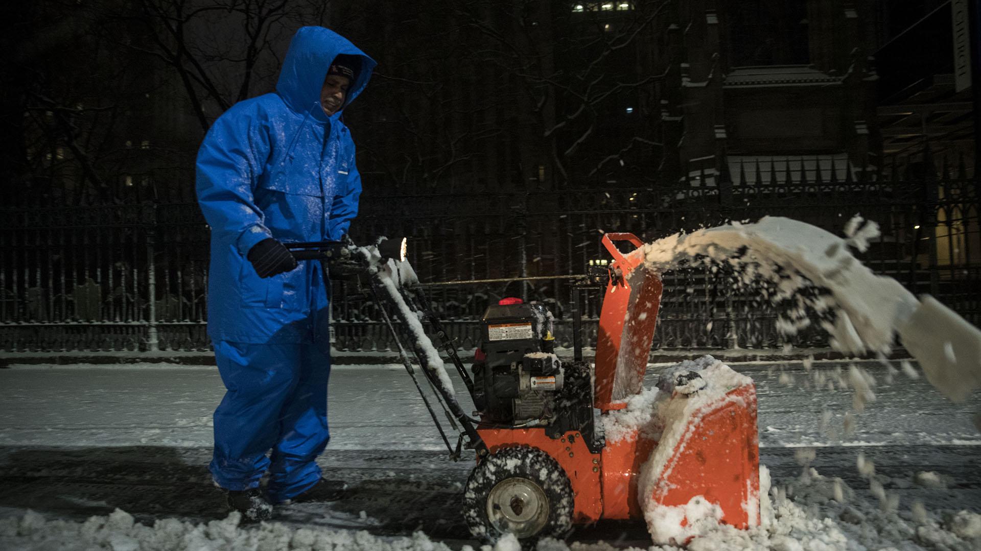 Un trabajador municipal limpia la nieve en el Distrito Financiero