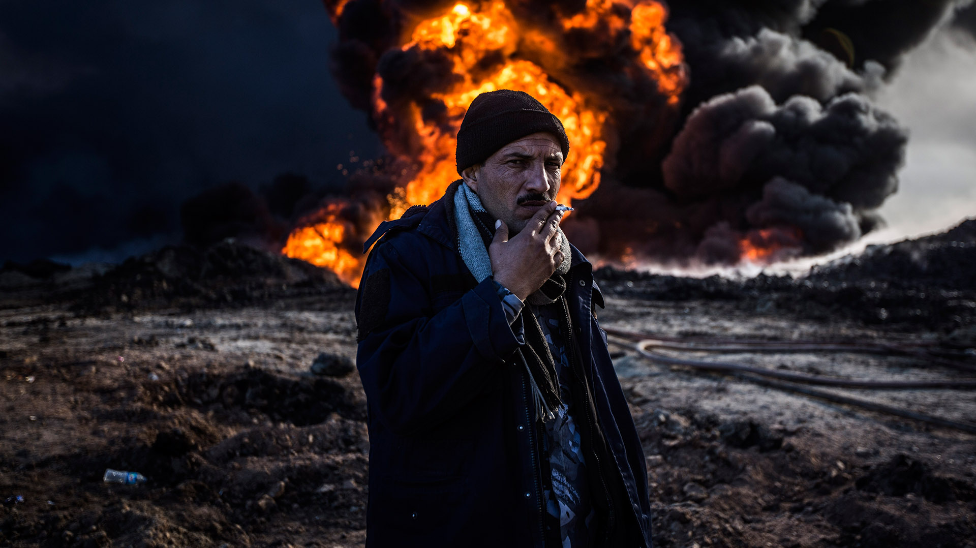 Uno de los bomberos da las últimas caladas a su cigarro antes de comenzar su trabajo frente al fuego. (Pablo Cobos)