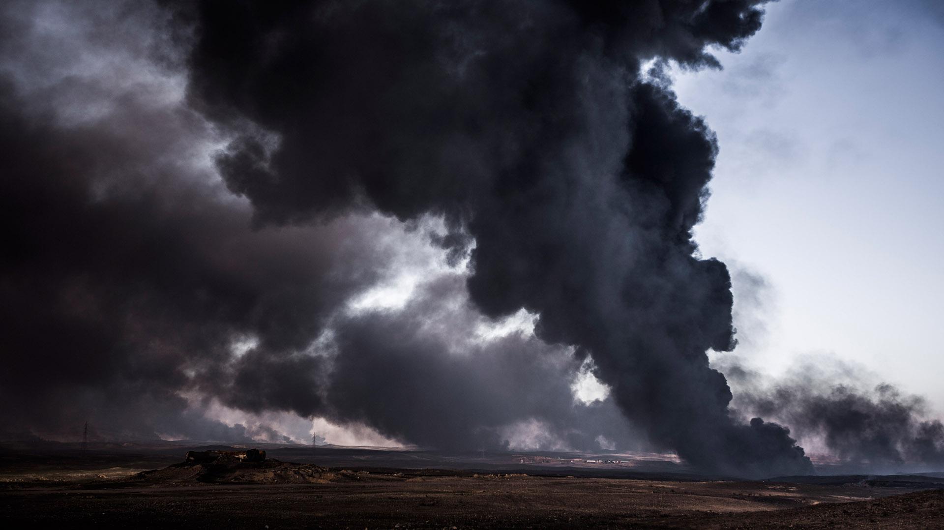 La densa humareda que provocan las llamas de los pozos incendiados son visibles desde varios kilómetros de distancia (Pablo Cobos)
