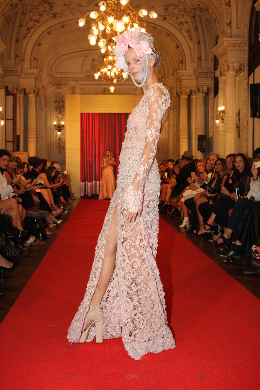 Mientras las modelos desfilaban, los invitados disfrutaron de la voz de Florencia Otero, quien cantó sobre la pasarela