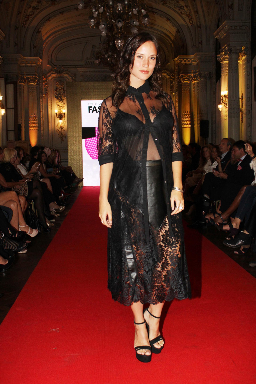 Camila Cavallo: la pareja de Mariano Martínez lució su embarazo con un conjunto de encaje negro