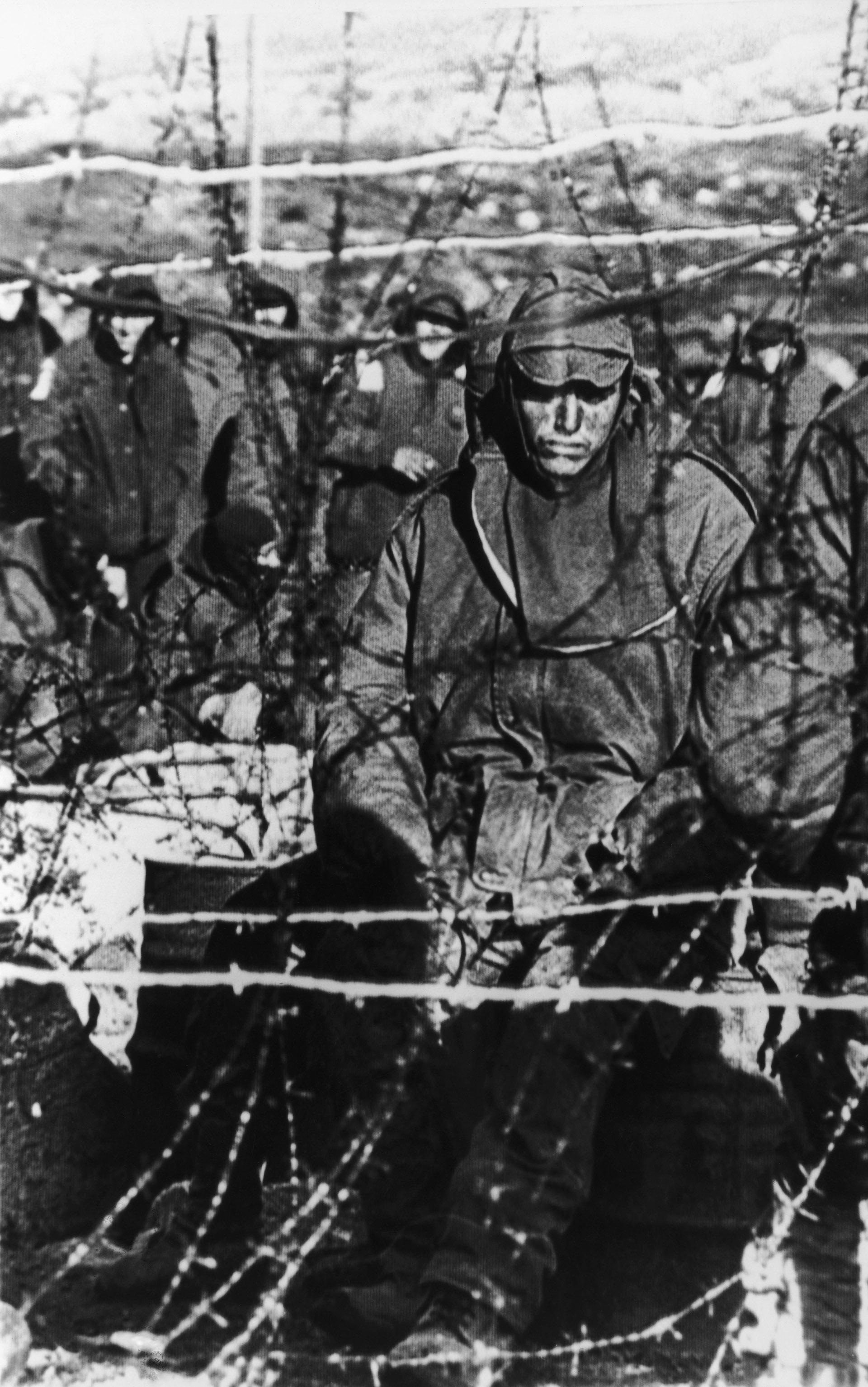 Un prisionero argentino detrás de un alambre de púas. Los ingleses confiscaron casi 11 mil armas y más de 4 millones de municiones (Photo by Martin Cleaver/Pool/Getty Images)