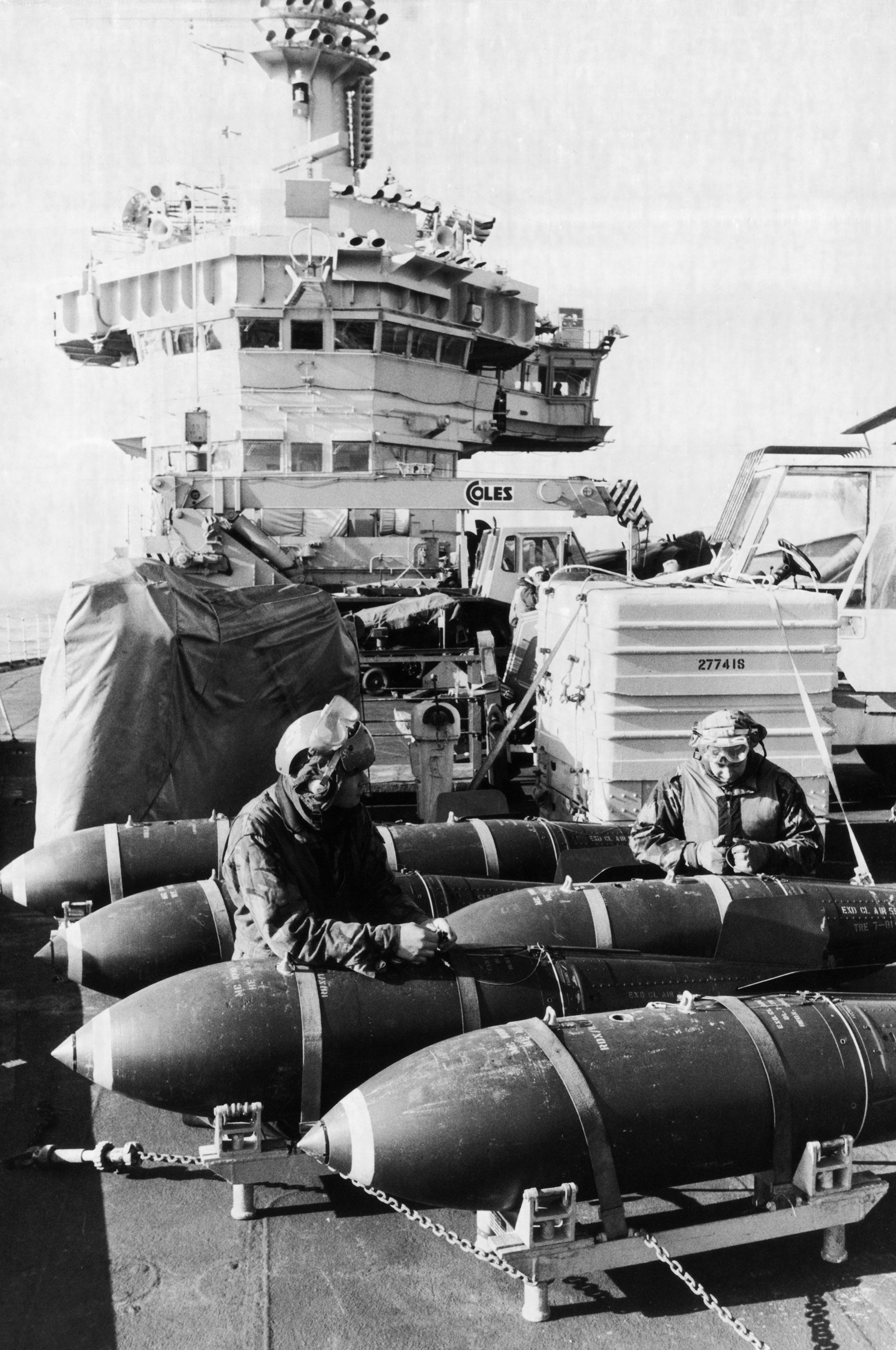 La 800 escuadra naval británica prepara bombas de 1000 libras en la cubierta del HMS Hermes, Mayo de 1982 (Martin Cleaver/Pool/Getty Images)