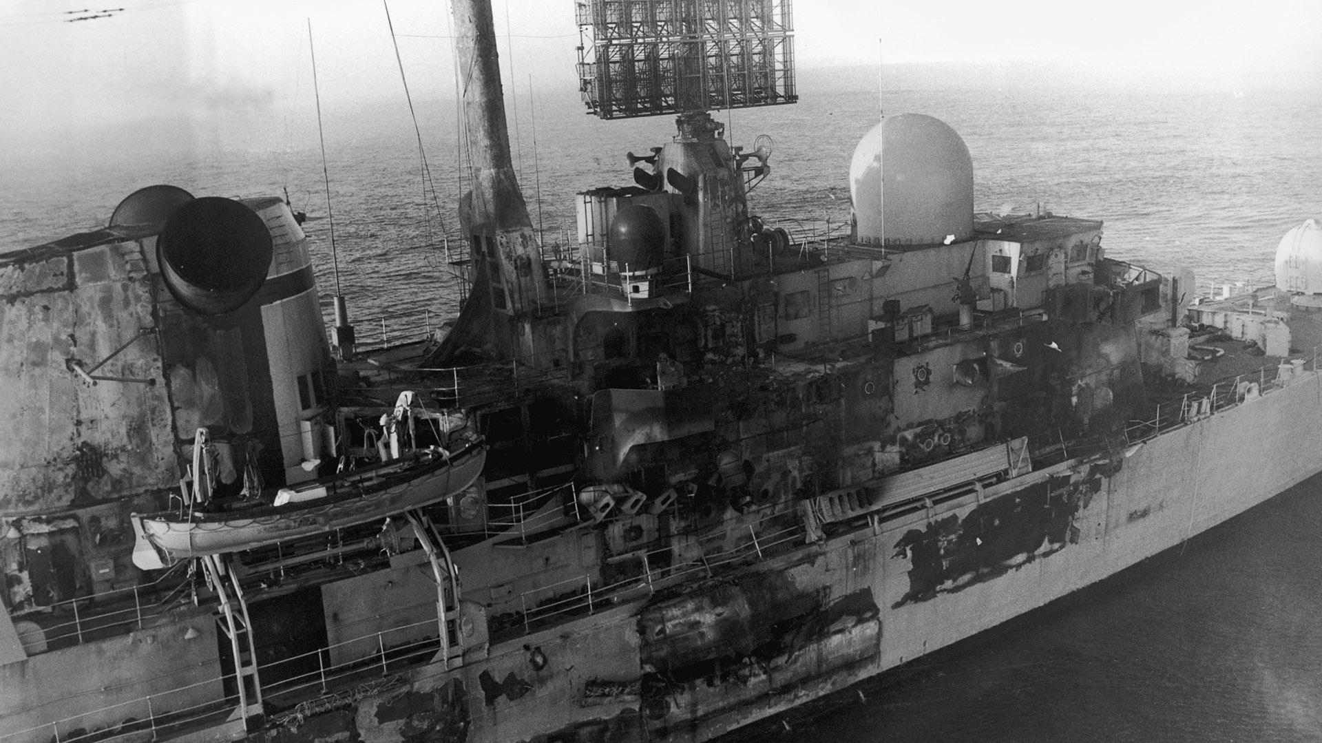 La buqueHMS Sheffield fue atacado por un misil Exocet, lanzado por los Super Étendard de la Armada Argentina, el 4 demayo de 1982. Veinte personas murieron y el barco se hundió en el Atlánticocuando era remolcado de regreso aGran Bretaña(Martin Cleaver/Pool/Getty Images)
