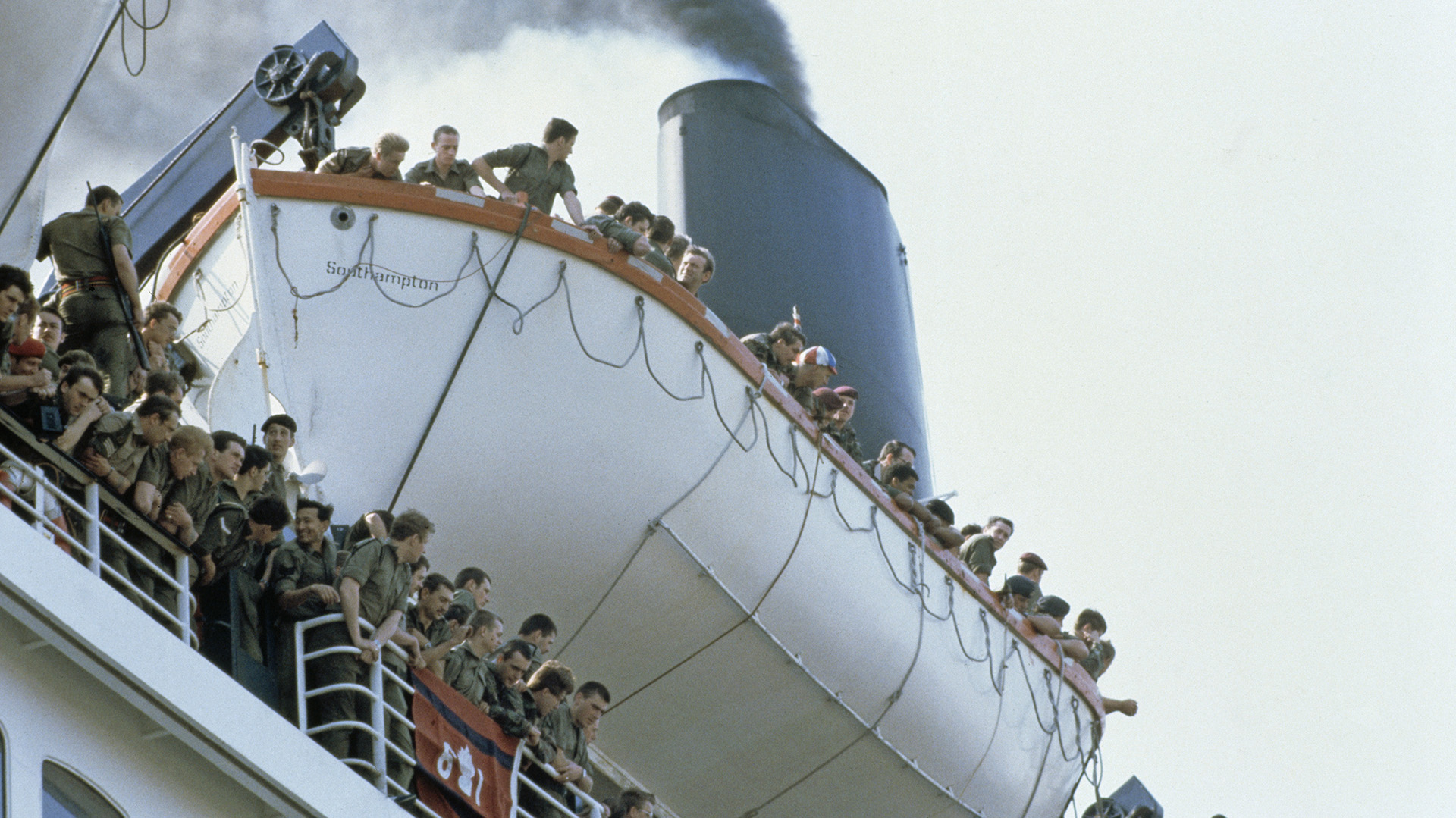 Soldados británicos dejan Southampton a bordo del RMS Queen Elizabeth 2, en su viaje a la Guerra de Malvinas, Mayo de 1982 (Getty Images)